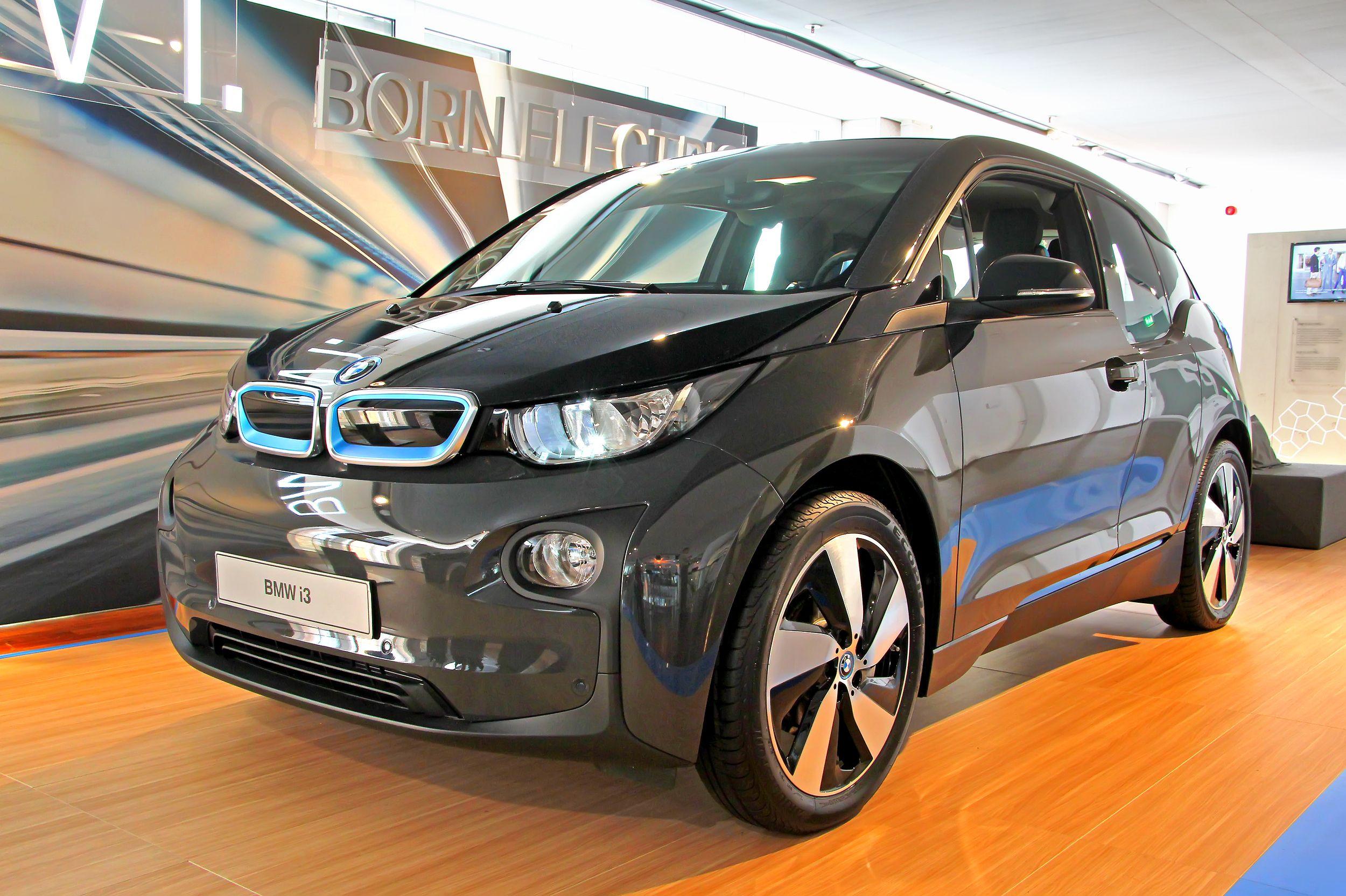 Elbiler kommer i mange varianter. Dette er BMWs i3. Foto: Art Konovalov/Shutterstock.com