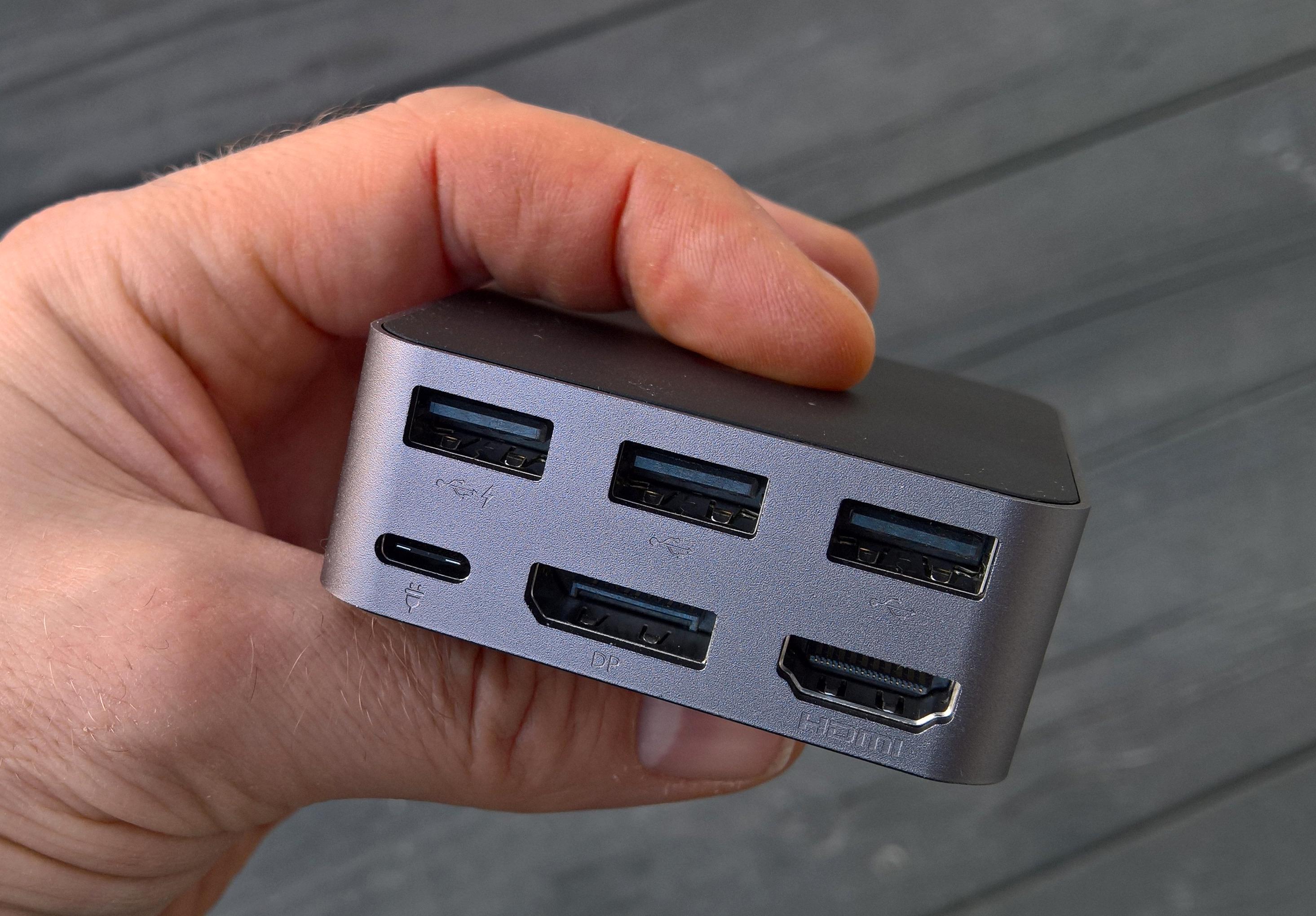 På baksiden av dokkingstasjonen finner du tre USB 2.0-porter, en HDMI-utgang, en DisplayPort-utgang, samt en USB Type-C-kontakt for tilkobling til lader. Foto: Kurt Lekanger, Tek.no