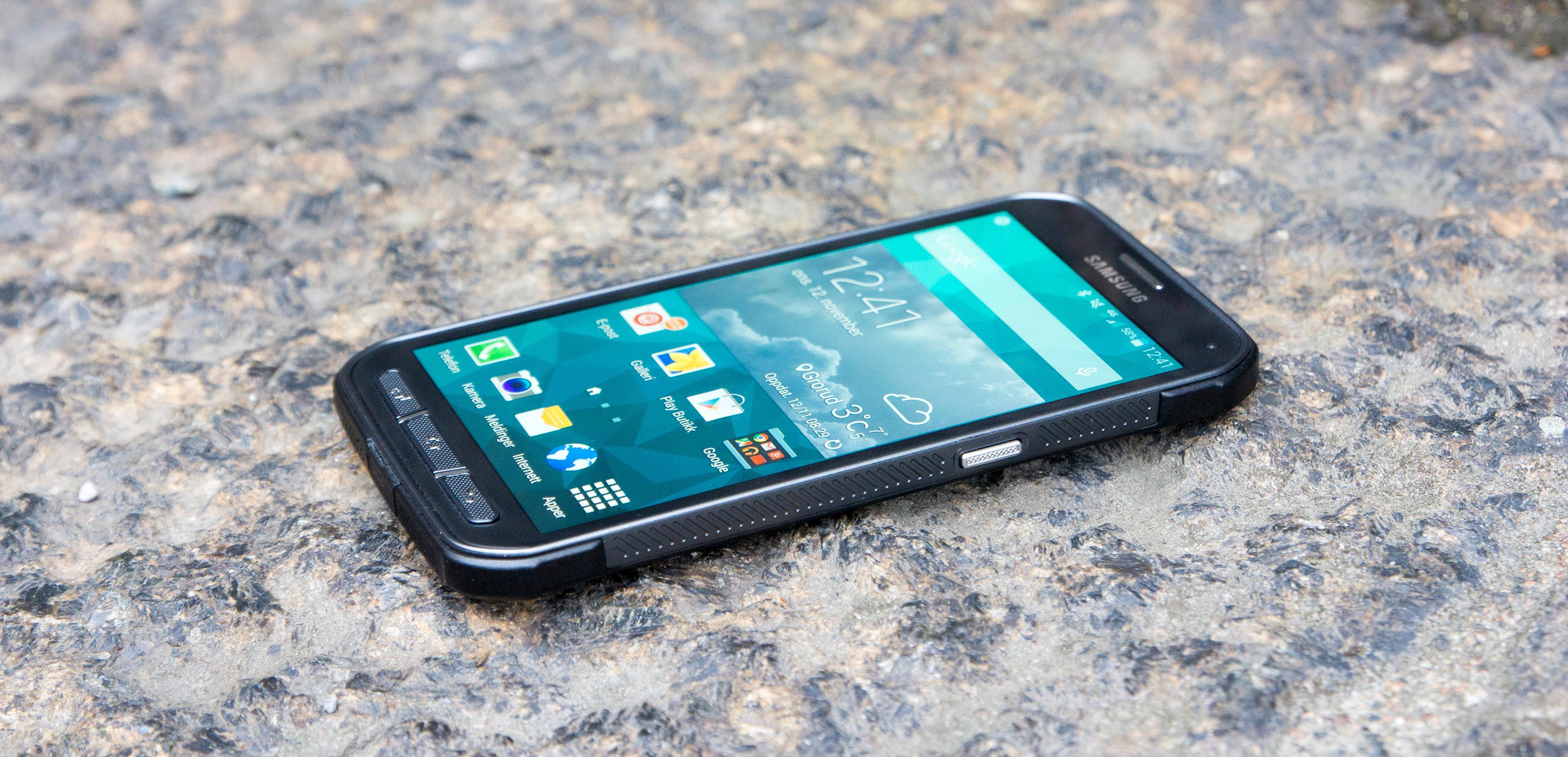 Galaxy S5 Active skal være testet og anerkjent som støtsikker etter MIL-STD-810-kravene. Dette garanteres imidlertid ikke, og med den store skjermen er faren til stede for at et fall kan få fatale følger.Foto: Kurt Lekanger, Tek.no