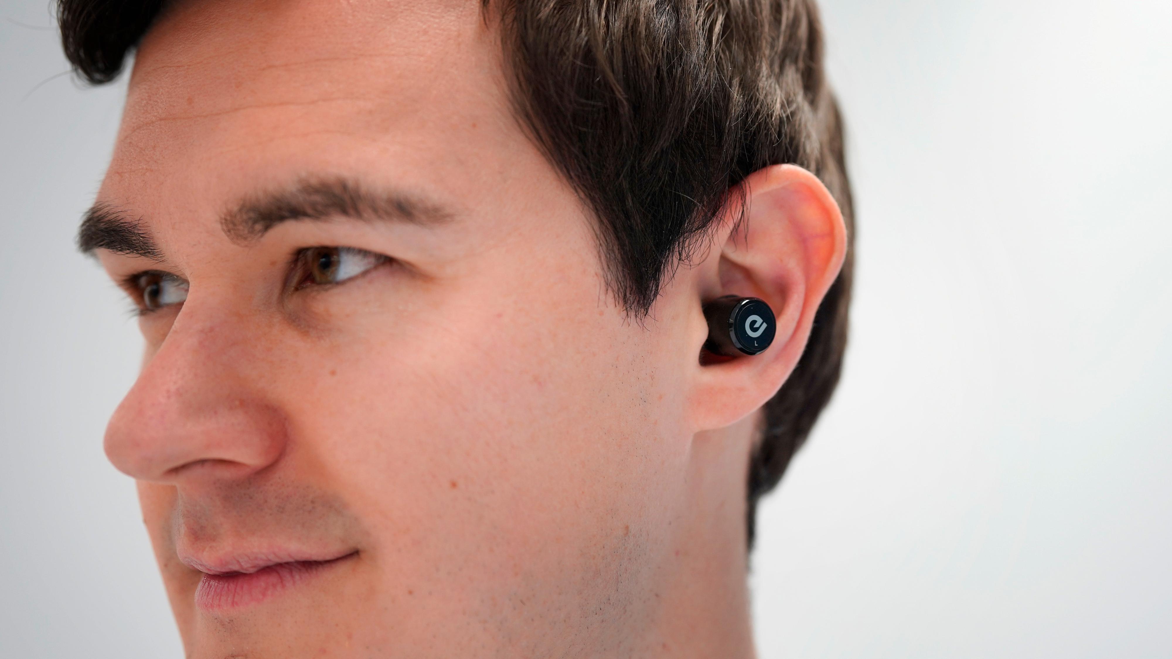 BIT100 er rimelig diskré i øret. Vi skulle imidlertid ønske at batteriet varte litt lenger.