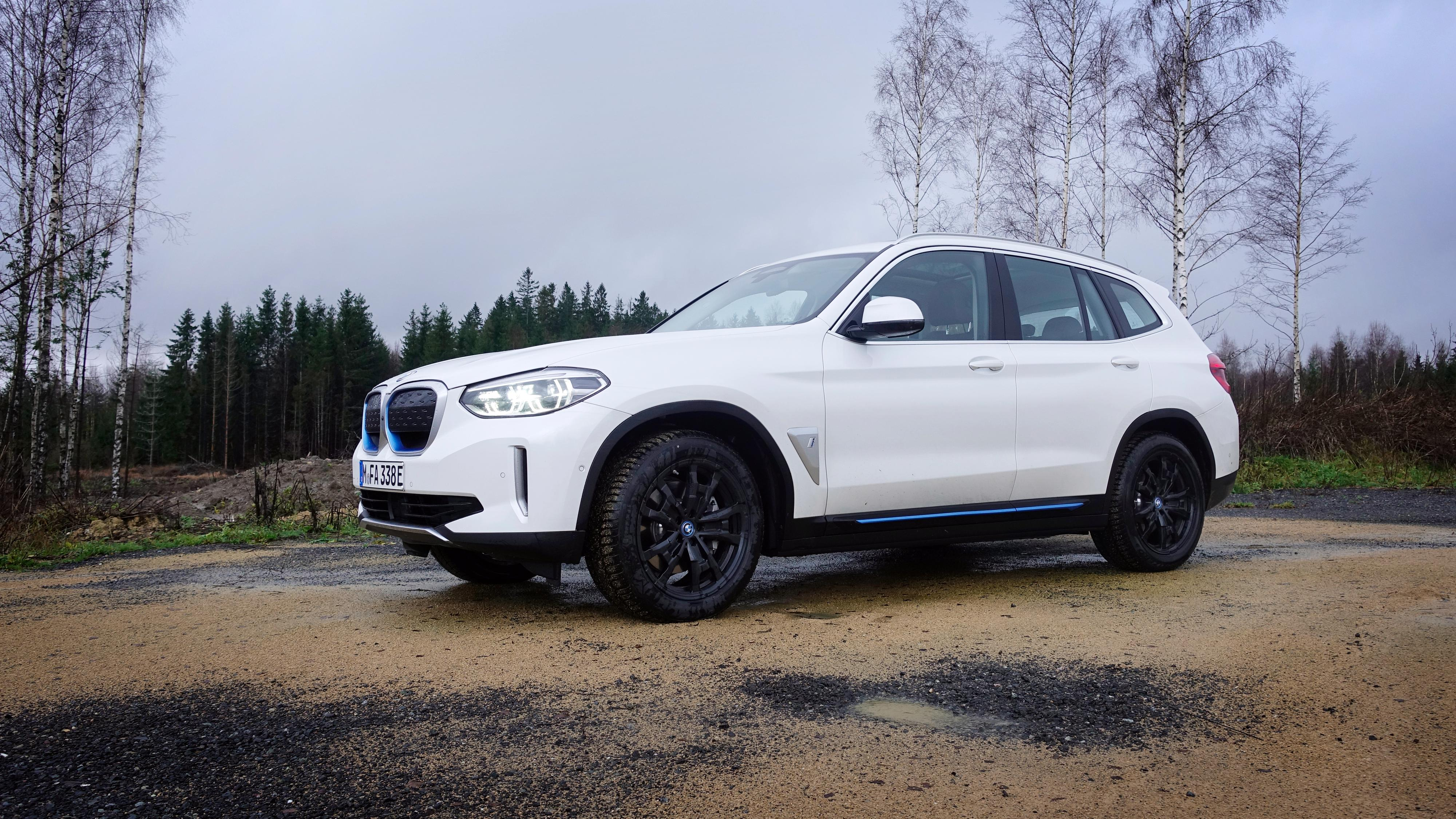 BMW iX3 kaster seg inn i konkurransen med e-tron, i-Pace og de andre i kategorien for mellomstore SUV-er. Den gjør det uten firehjulstrekk.