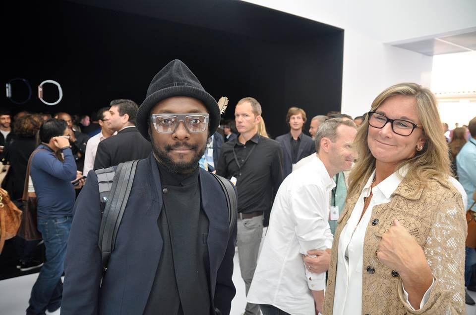Både U2 og Will.i.am dukket opp i forbindelse med lanseringen. Også Apple-sjef Tim Cook vandret rundt i folkemengden.