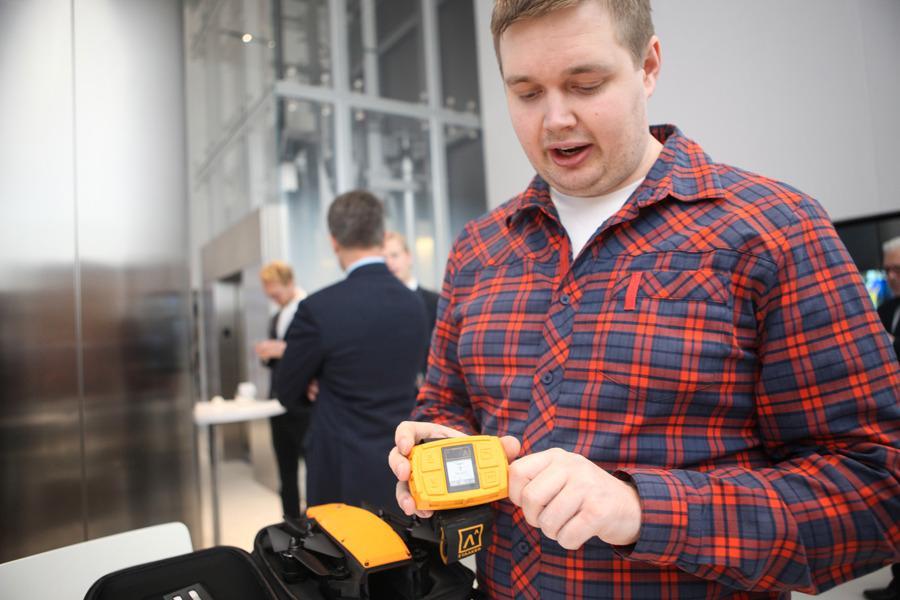 Følge-droner er navigert av en enhet på håndleddet.