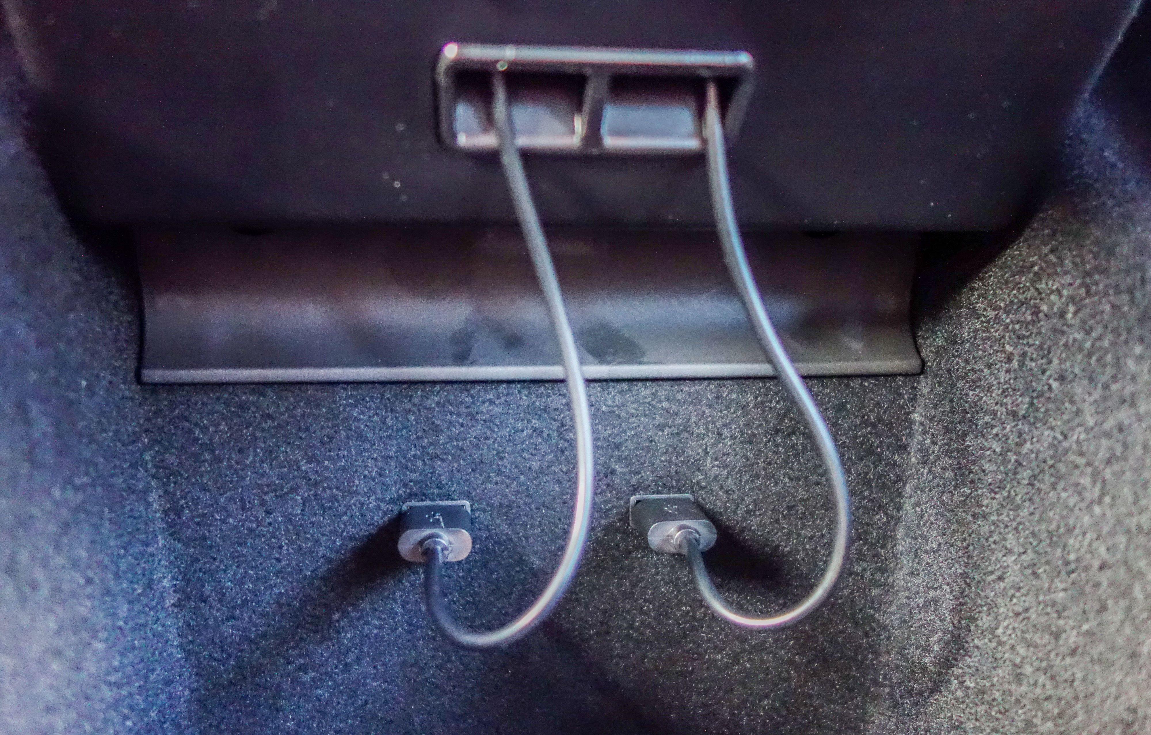 Du må være koblet til begge USB-portene for å få strøm til ladeplaten.