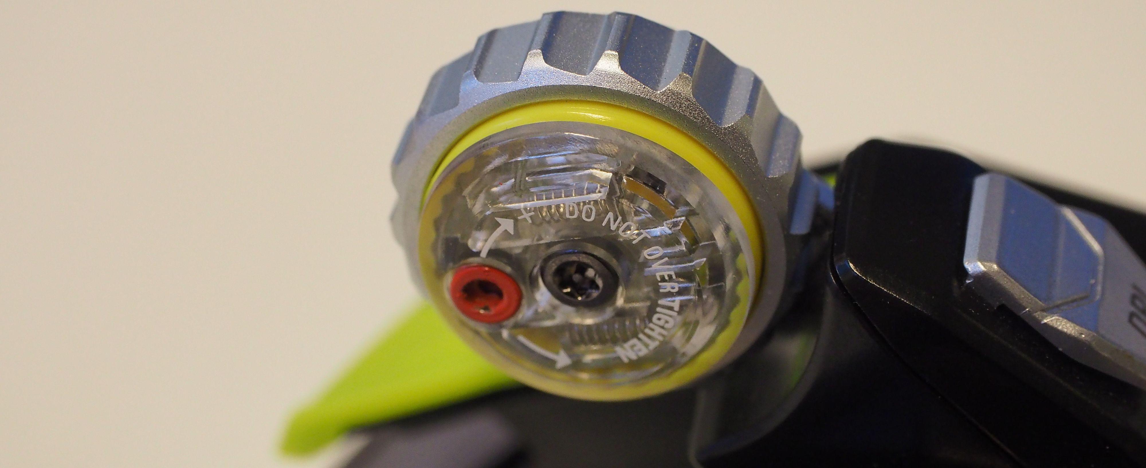 Med den røde skruen justerer du hvor lett rulle-hjulet skal gå.