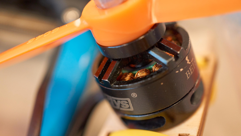 Slike motorer sitter i selvbyggerdronene.