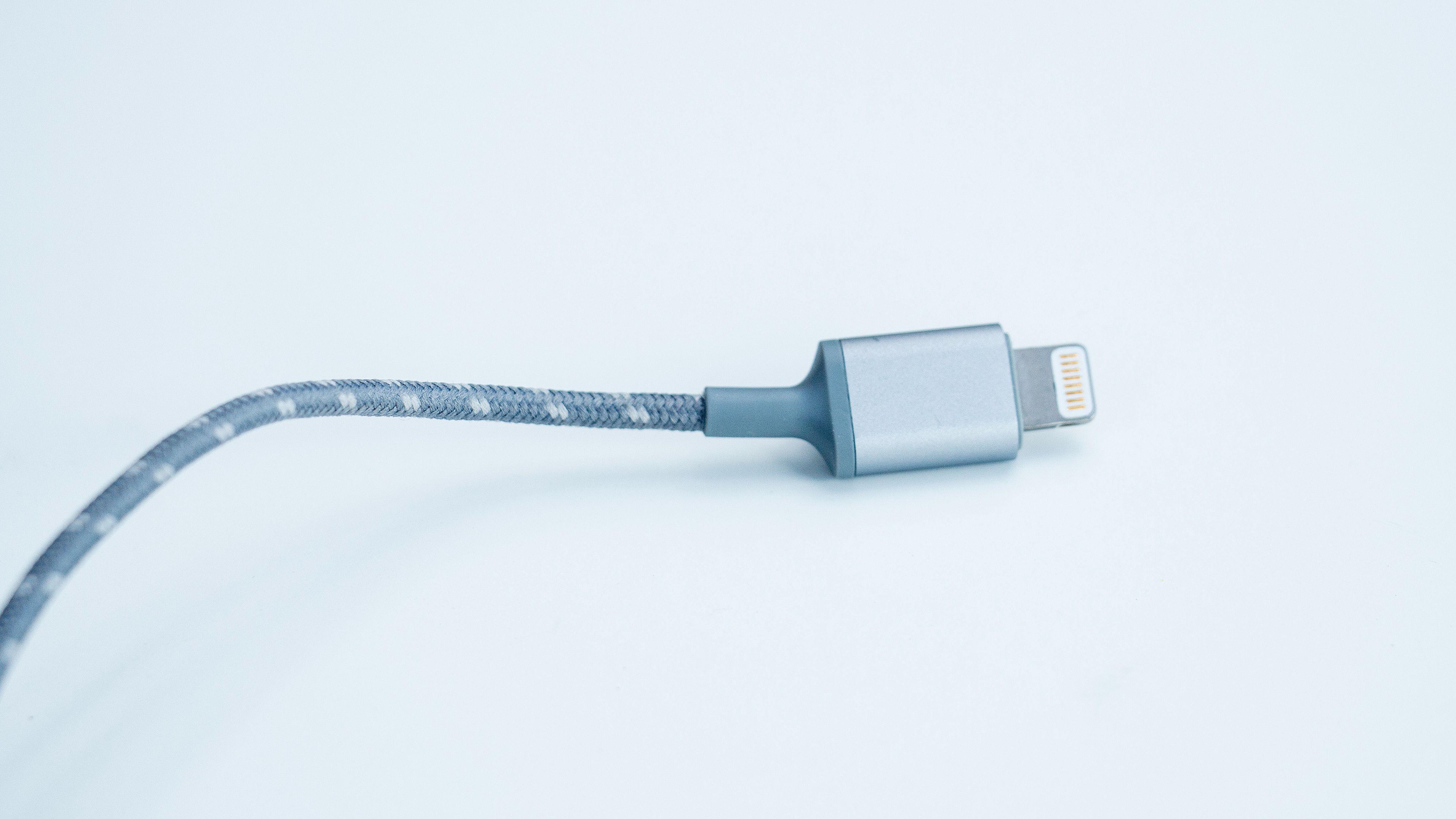 Lightning-pluggen gjør at ørepluggene ikke trenger egen strøm, men låser samtidig produktet til iPhone og iPad.