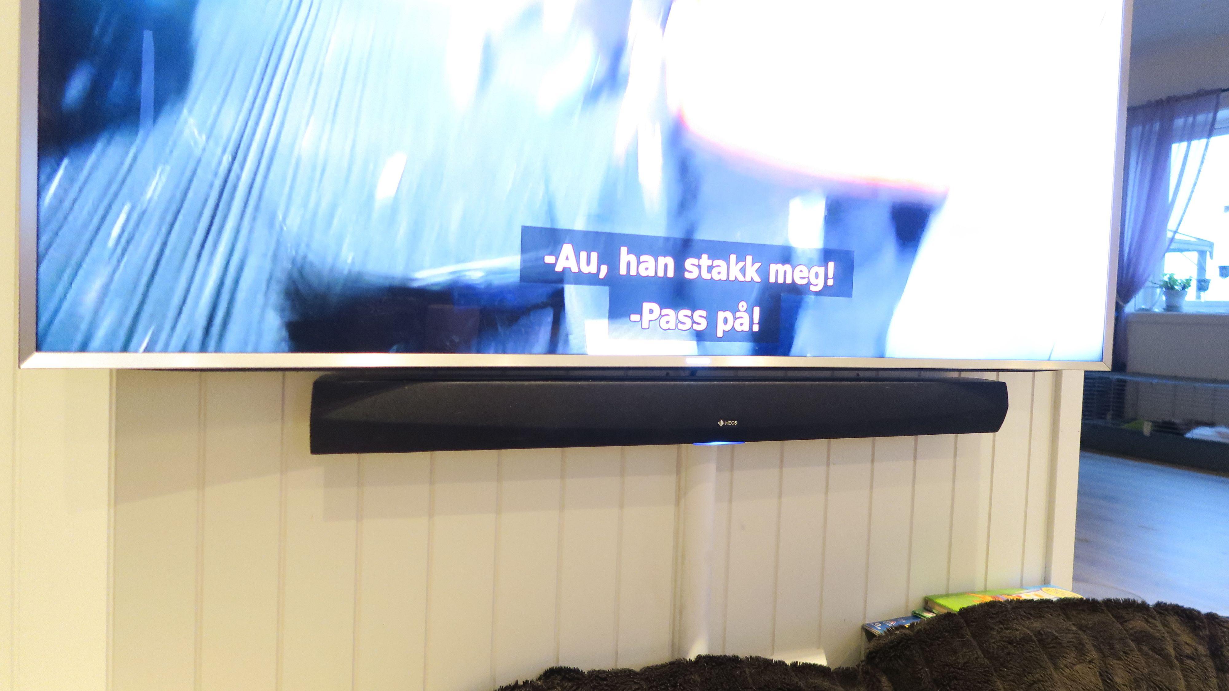 Heos HomeCinema sammen med den 65 tommers TV. Foto: Ole Henrik Johansen / Tek.no