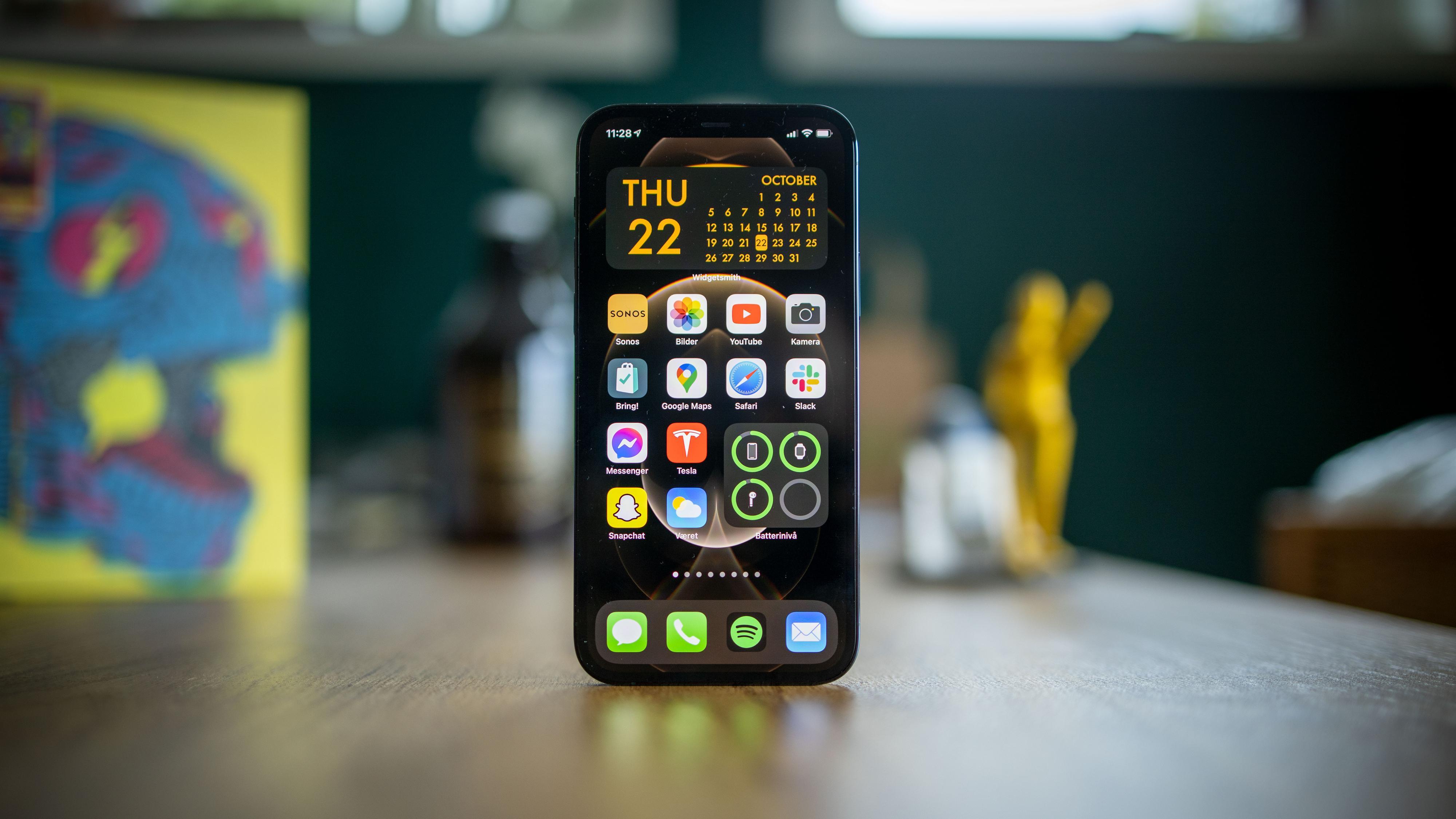 Endelig er kanten på iPhone flat igjen, så det blir lettere for oss å balansere den på bordet når vi skal ta bilder!
