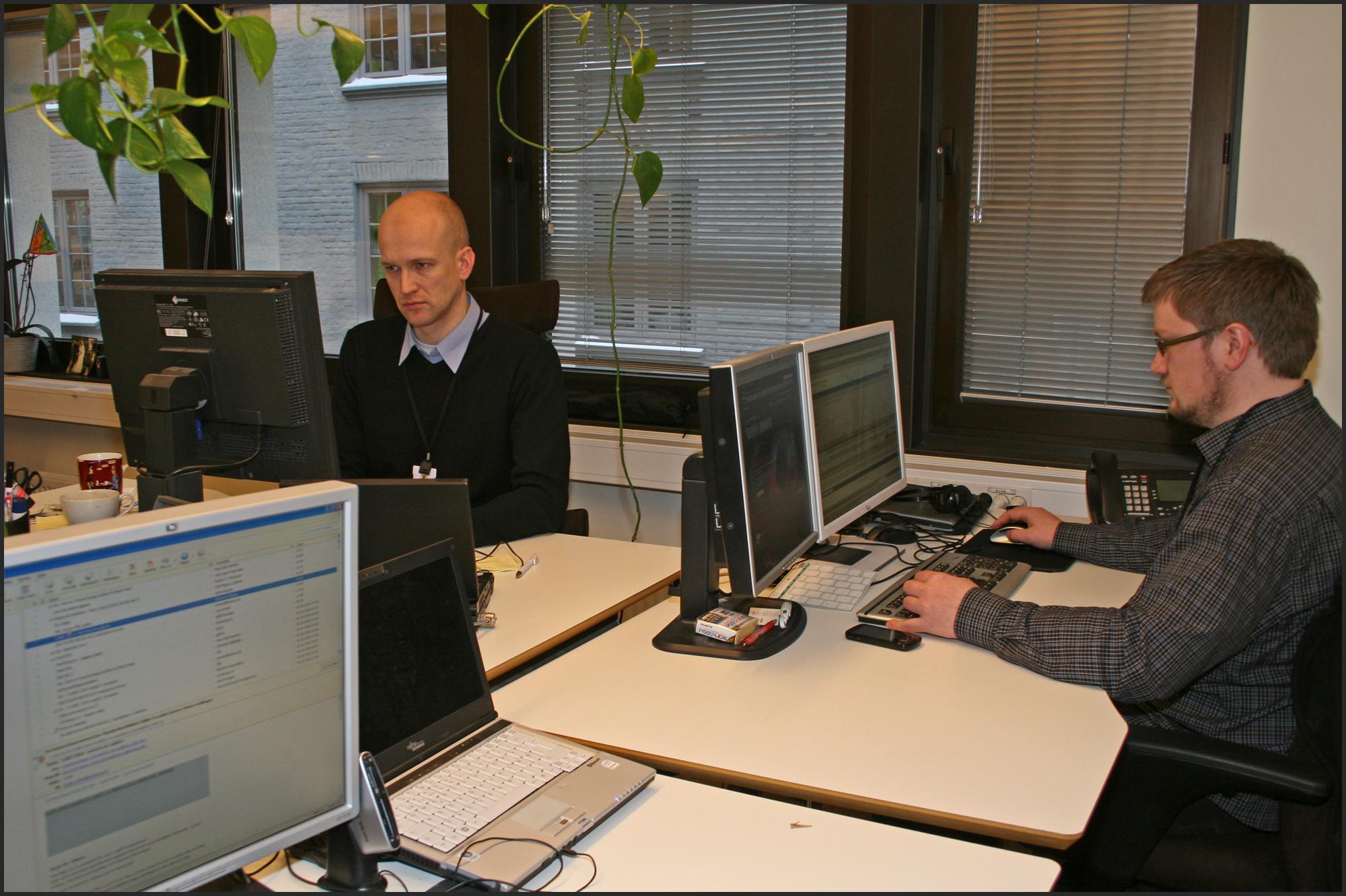 Fagredaktør Rolf B. Wegner til venstre, testansvarlig Knut Paulsen til høyre