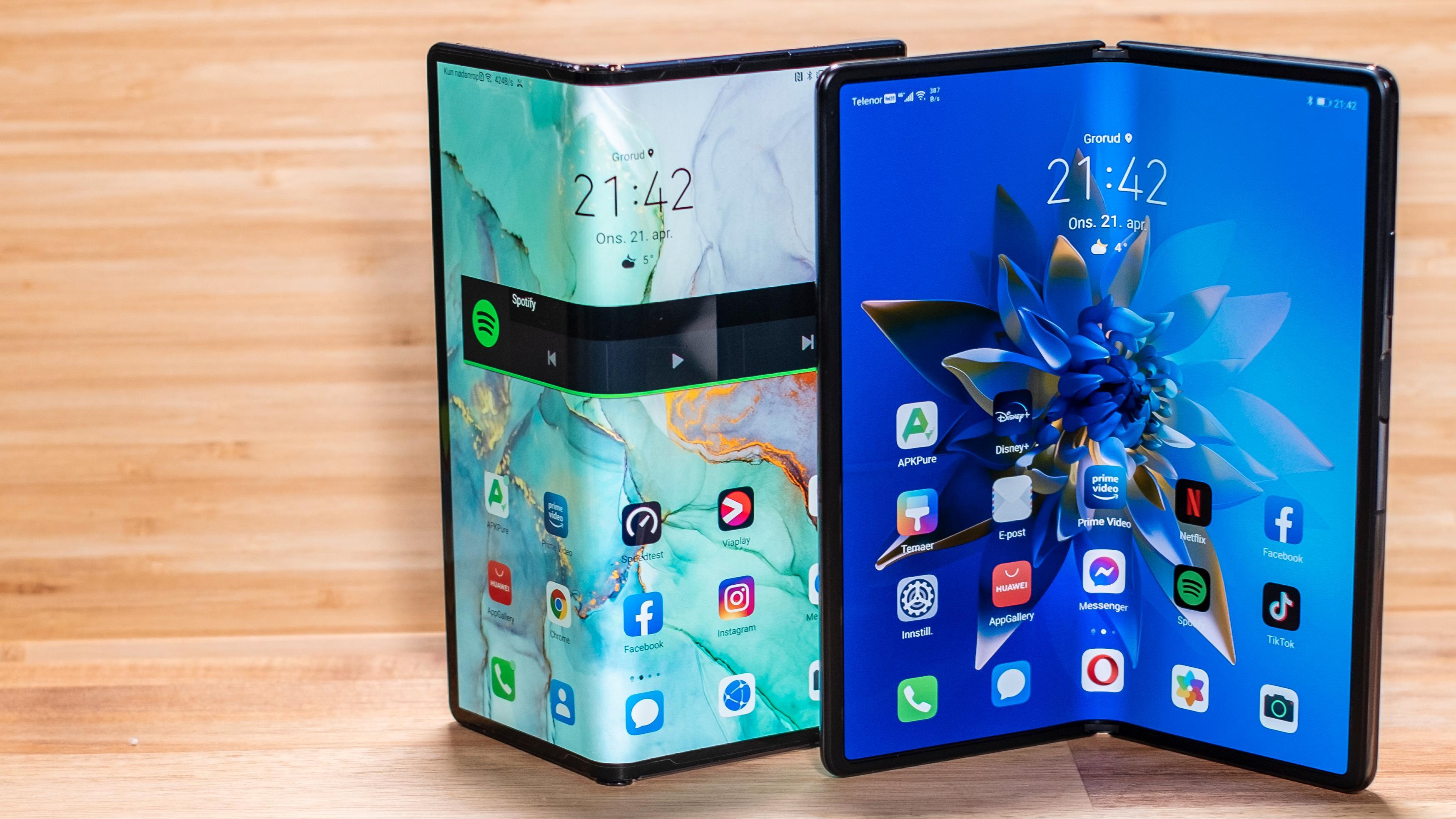 Huawei Mate Xs til venstre hadde kun én skjerm - en bretteskjerm på utsiden av telefonen. Nye Mate X2 til høyre, har innvendig bretteskjerm som er beskyttet mot elementene.