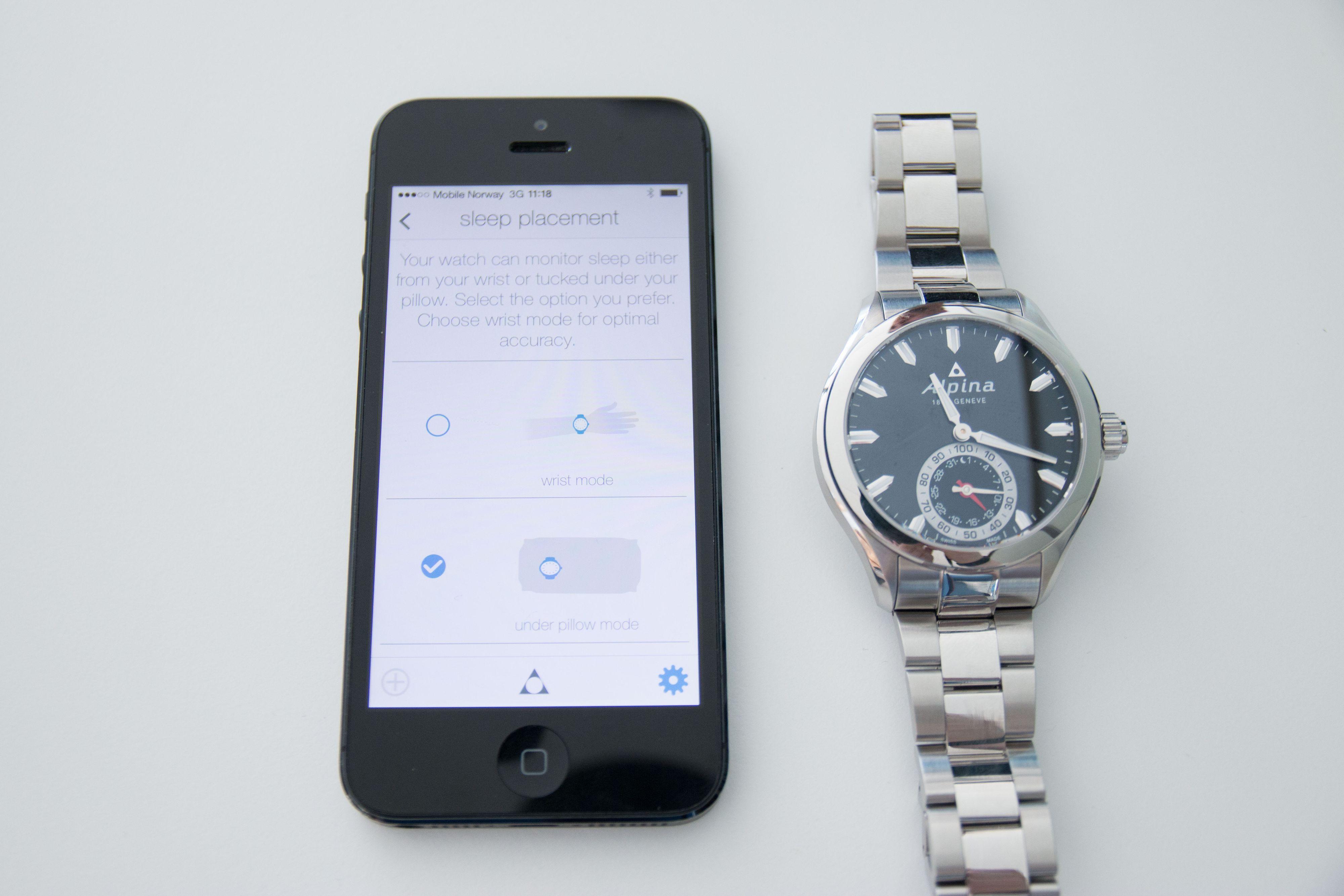 Du kan bestemme i appen om du skal sove med klokken på eller ha den under puten. Foto: Ole Henrik Johansen / Tek.no