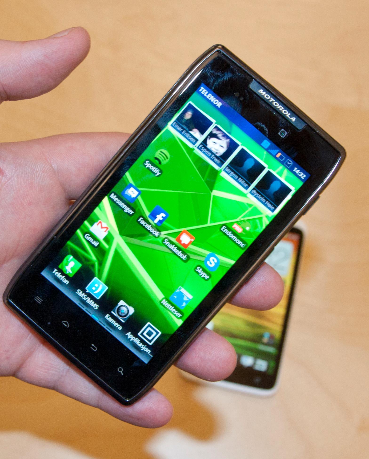 Razr Maxx er til forveksling lik lillebror Motorola Razr. Forsiden domineres av en AMOLED-skjerm på 4,3 tommer.