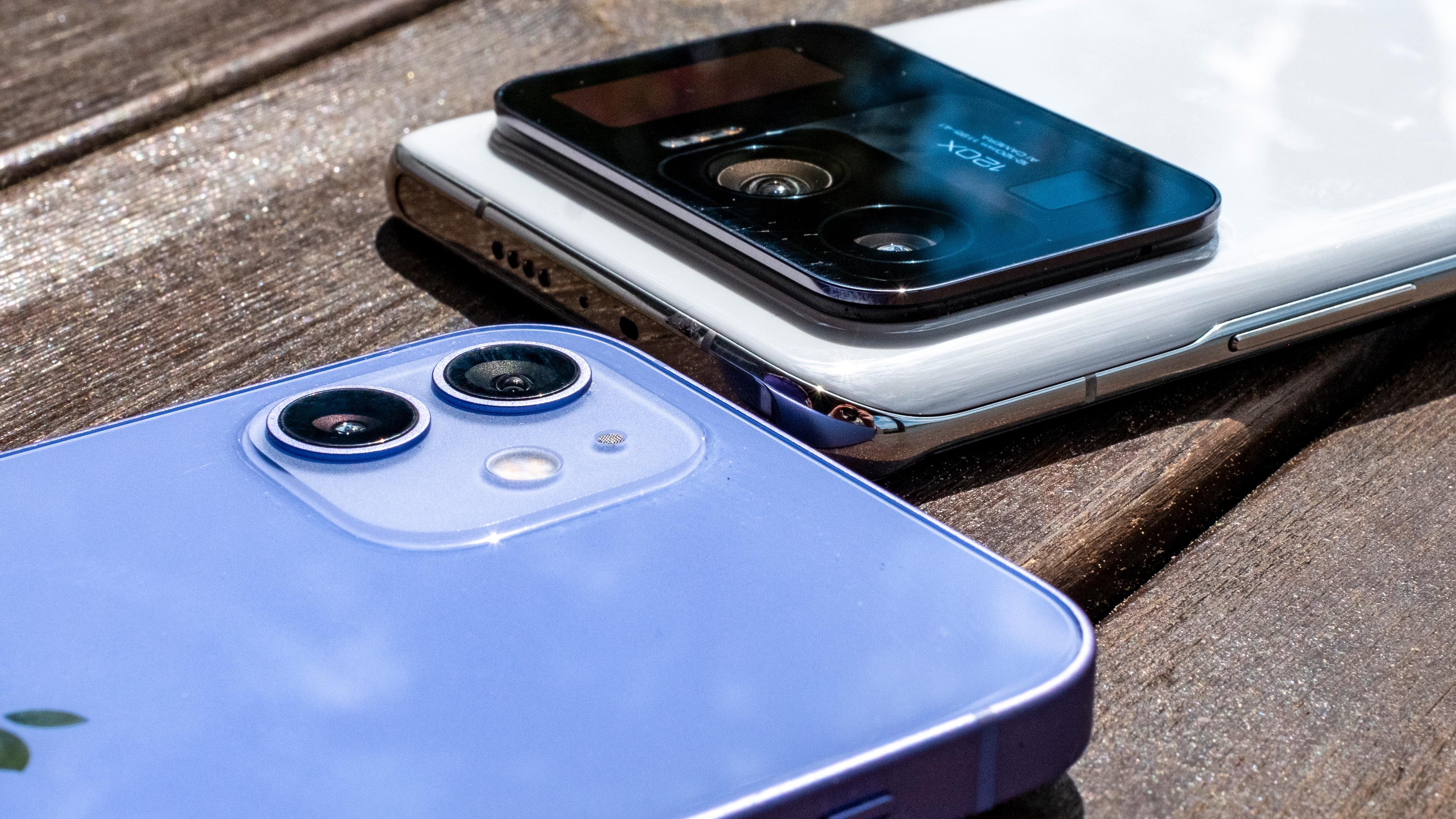 Kamerahumpen på baksiden er rett og slett enorm - spesielt når den sammenliknes med betydelig mer moderat utstyr fra for eksempel Apple - her en vanlig iPhone 12.