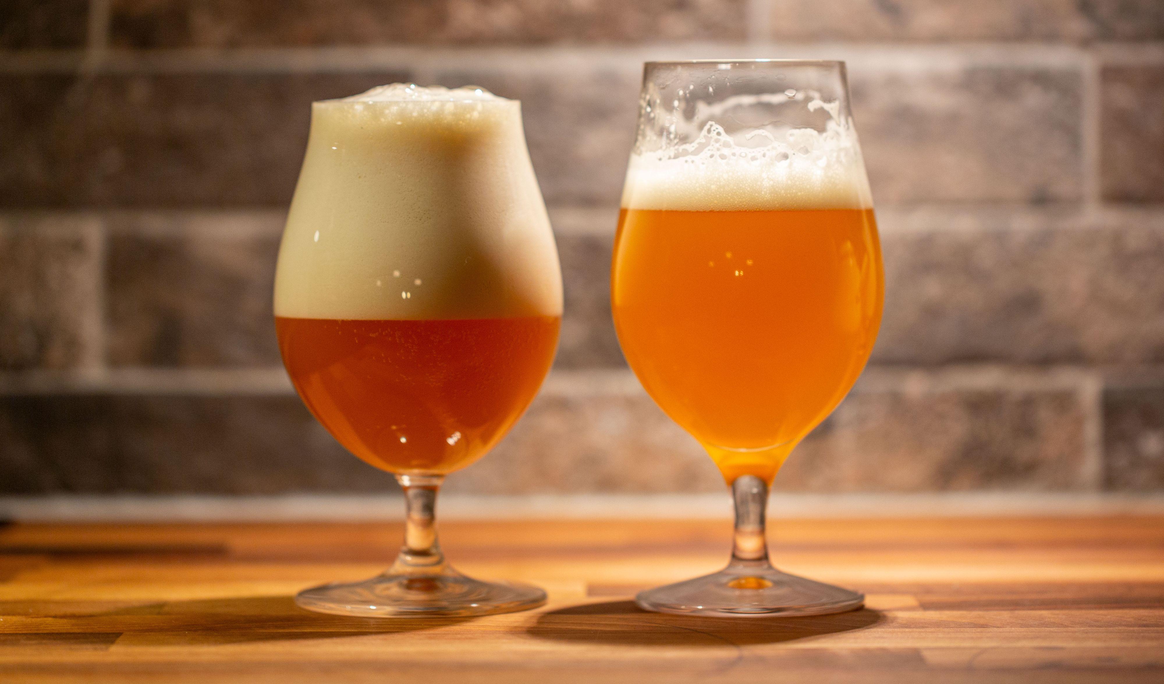 Samme øl, Amazing Haze, hvor den til venstre ble helt via Fizzics DraftPour. Det ser mørkere ut fordi skummet er så tykt at lyset ikke kom igjennom.