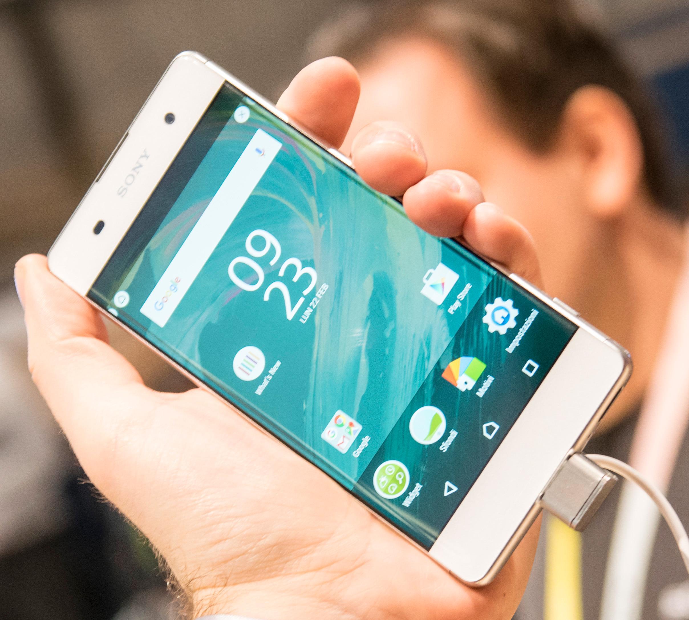 Billigste modell heter Xperia XA, og det er faktisk den som har mest spennende design, med en skjerm som går heeeeelt ut i kantene.