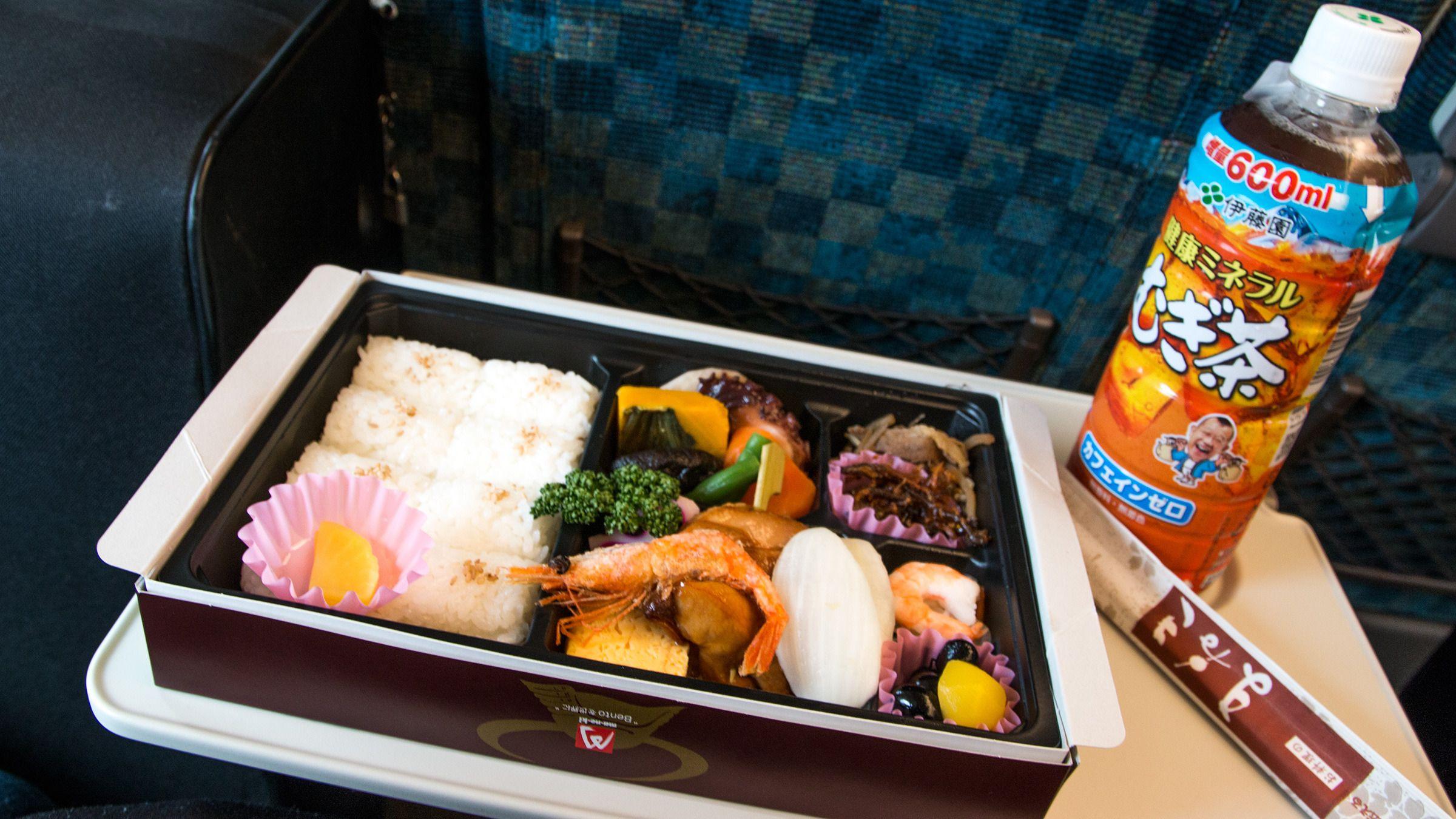 Når man beveger seg opp til SAKURA-linjen på Shinkansen blir også innholdet i matpakken mer spennende.Foto: Varg Aamo, Hardware.no