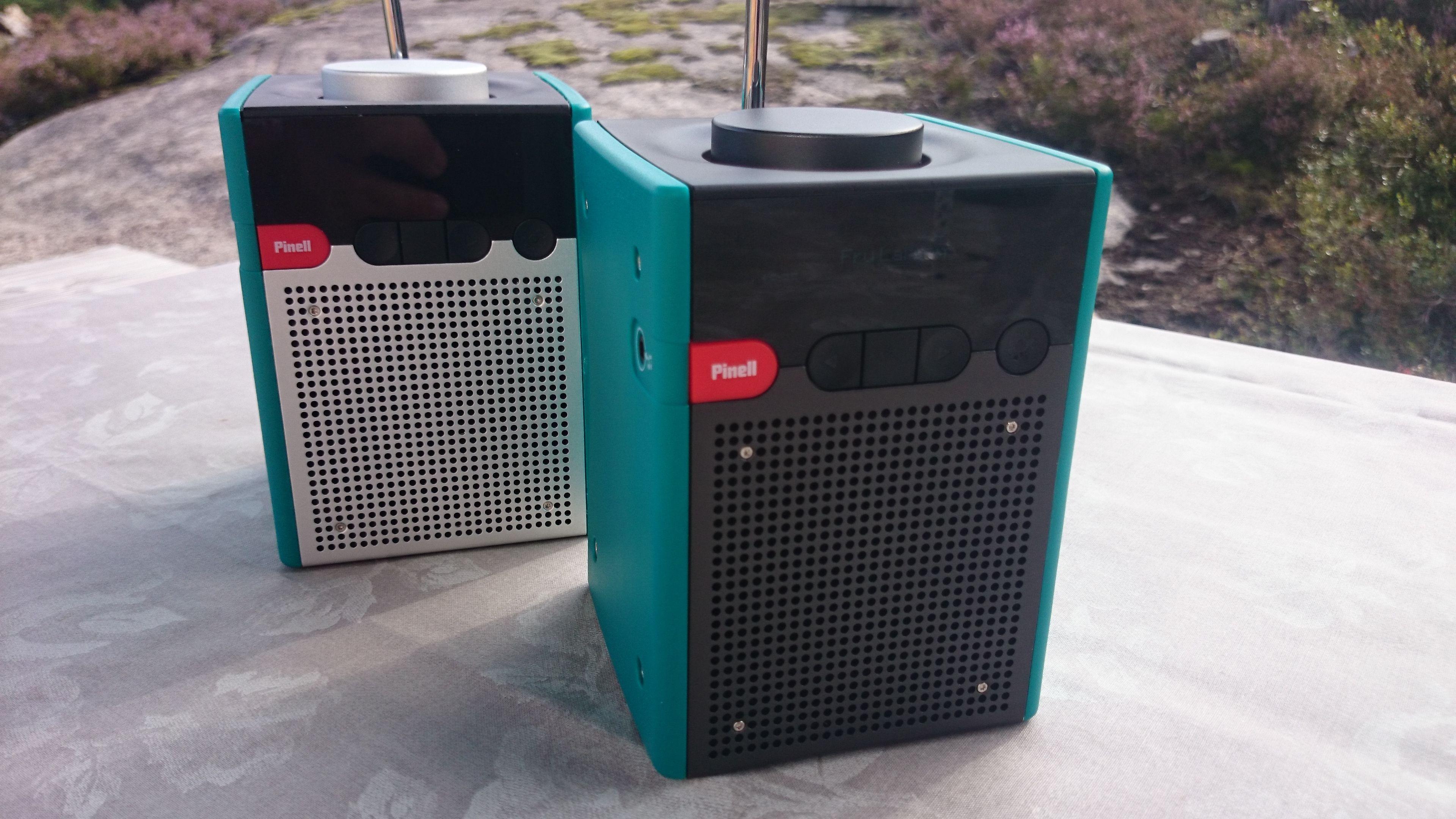 Den fremste radioen er en Pinell Go+, mens radioen i bakgrunnen er den originale Pinell-radioen uten Bluetooth. Den nye versjonen har mørke metallflater. (Foto: Espen Irwing Swang, Tek.no)