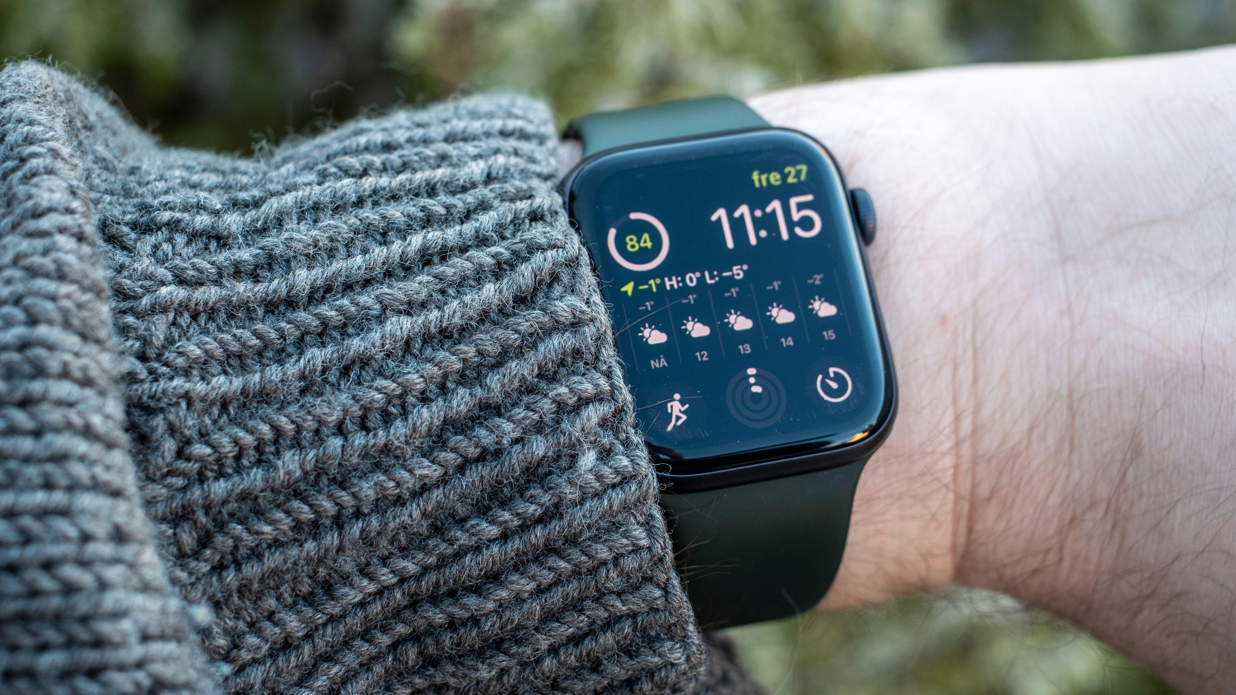 Løft hånden og skjermen kommer på. Senker du den igjen skrur klokka seg av. Hvis du holder noe og bare titter på håndleddet ditt - blir du ikke så mye klokere. En skjerm som alltid er på bidrar så mye til «armbåndsurfaktoren» at det er det du bør betale ekstra for i Watch series 6.