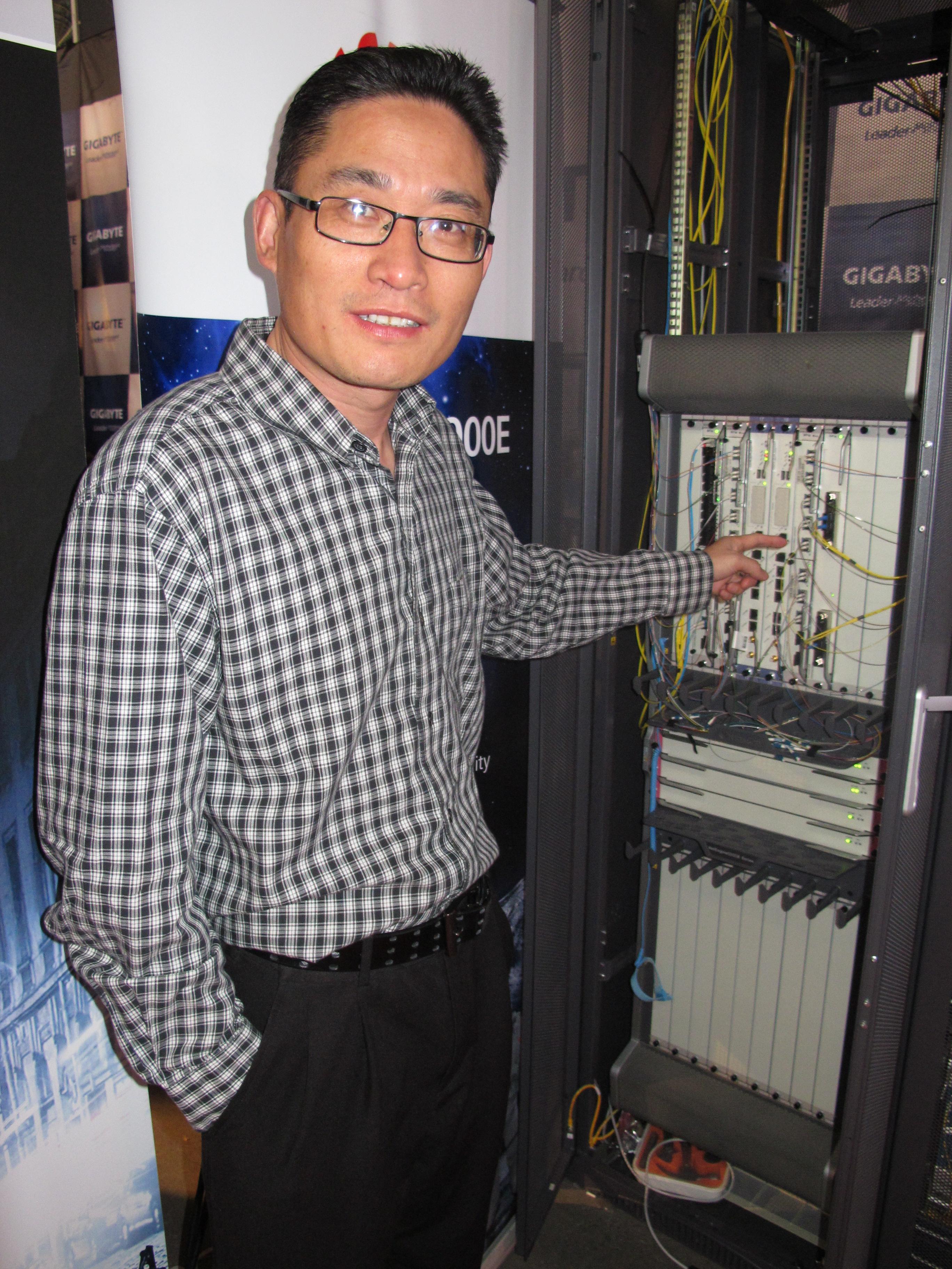 Alan Hu viser stolt frem kortet i aksjon.