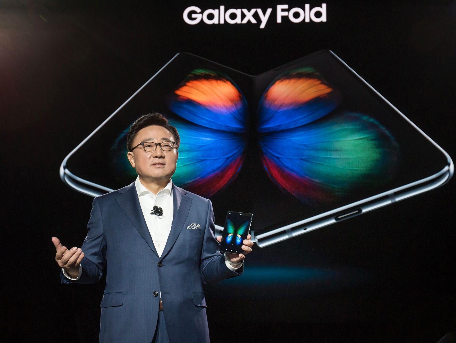 Samsungs elektronikksjef DJ Koh viste frem Galaxy Fold da telefonen ble lansert. Nå har han innrømmet å ha presset mobilen mot markedet for tidlig.