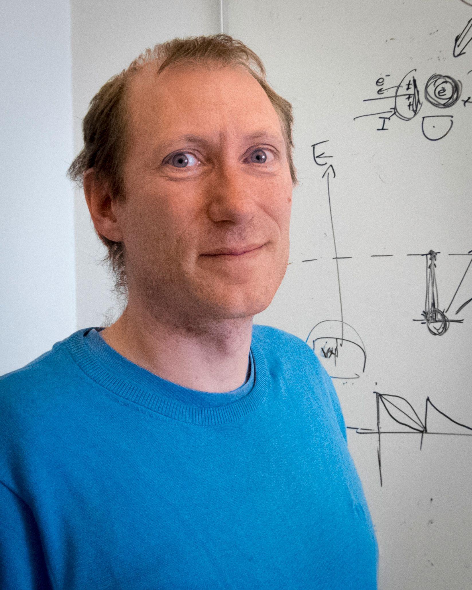 Joakim Bergli arbeider med teoretisk faststoffysikk ved UiO og har blant annet arbeidet spesielt med kvantetransport og kvanteinformasjonsteori.. Foto: Kristoffer Møllevik
