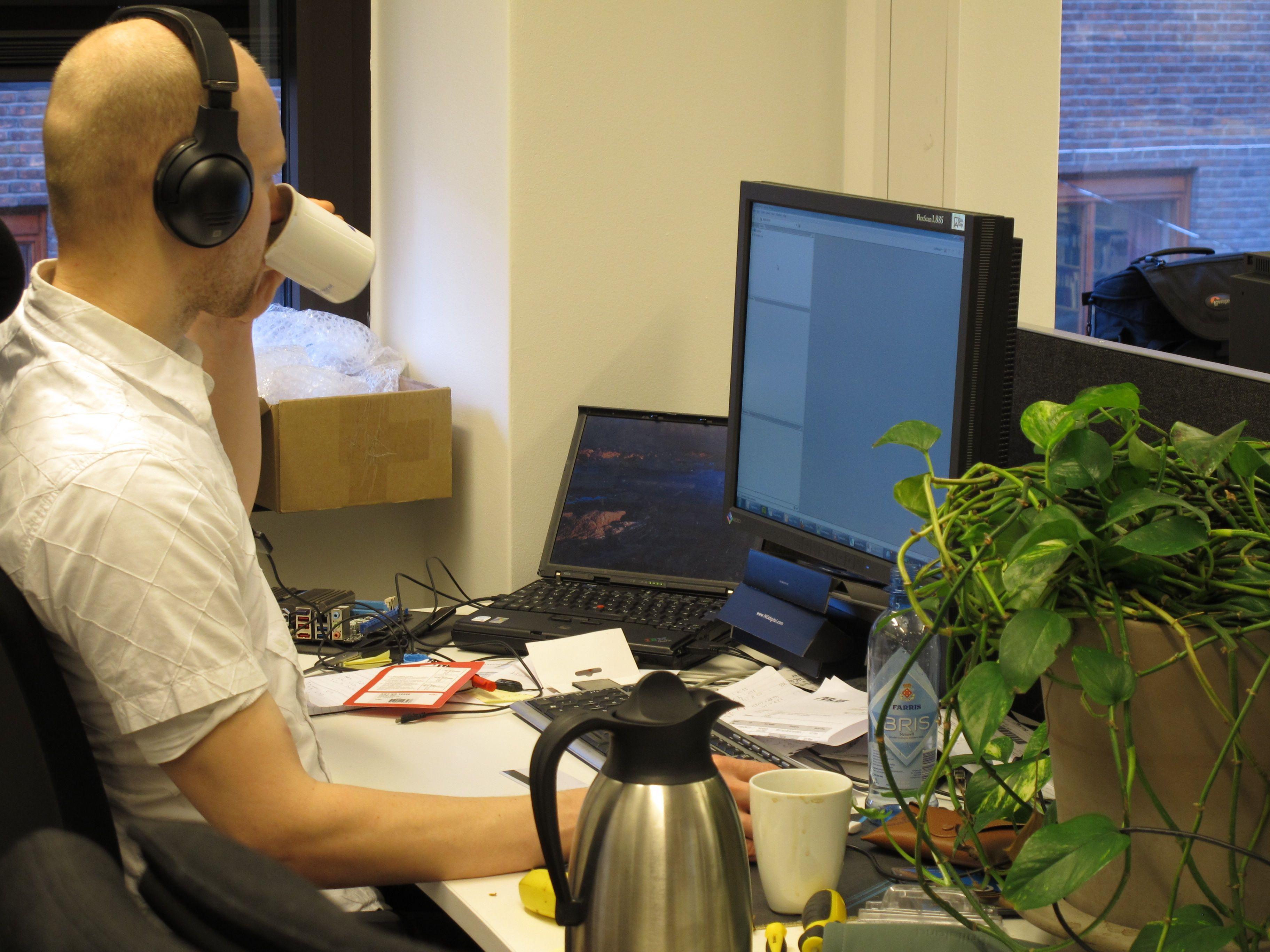 Rolf B. Wegner fortærer dagens første, men lagt i fra siste kopp med kaffe.