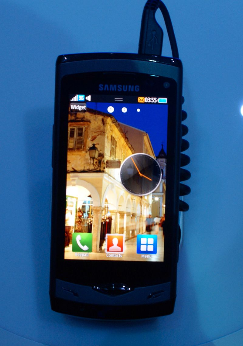 Super-AMOLED-skjerm gir svært god fargegjengivelse. Her fra telefonens hvilemodus.