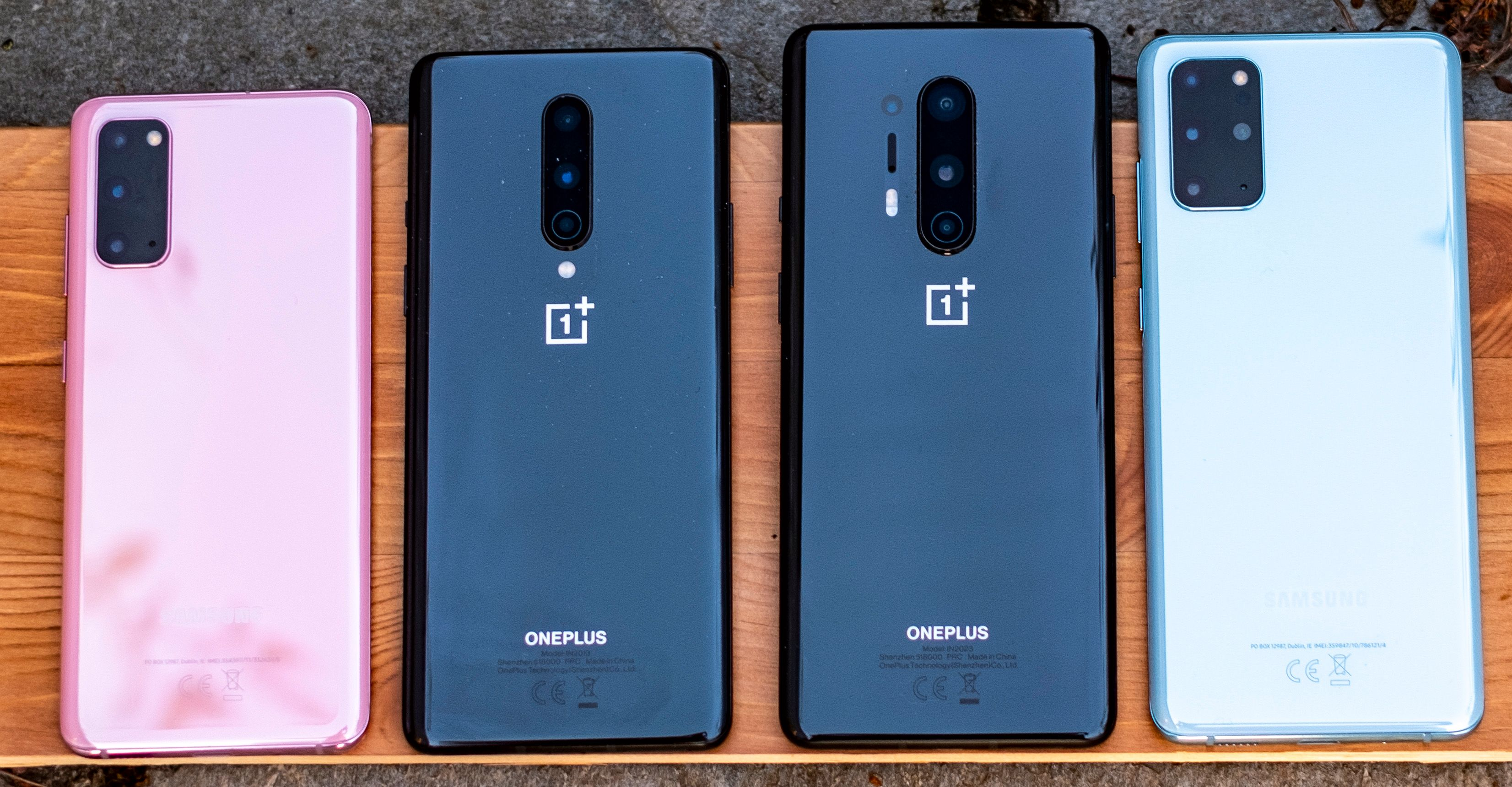 Fra venstre: Galaxy S20, OnePlus 8, OnePlus 8 Pro og Galaxy S20 Plus.