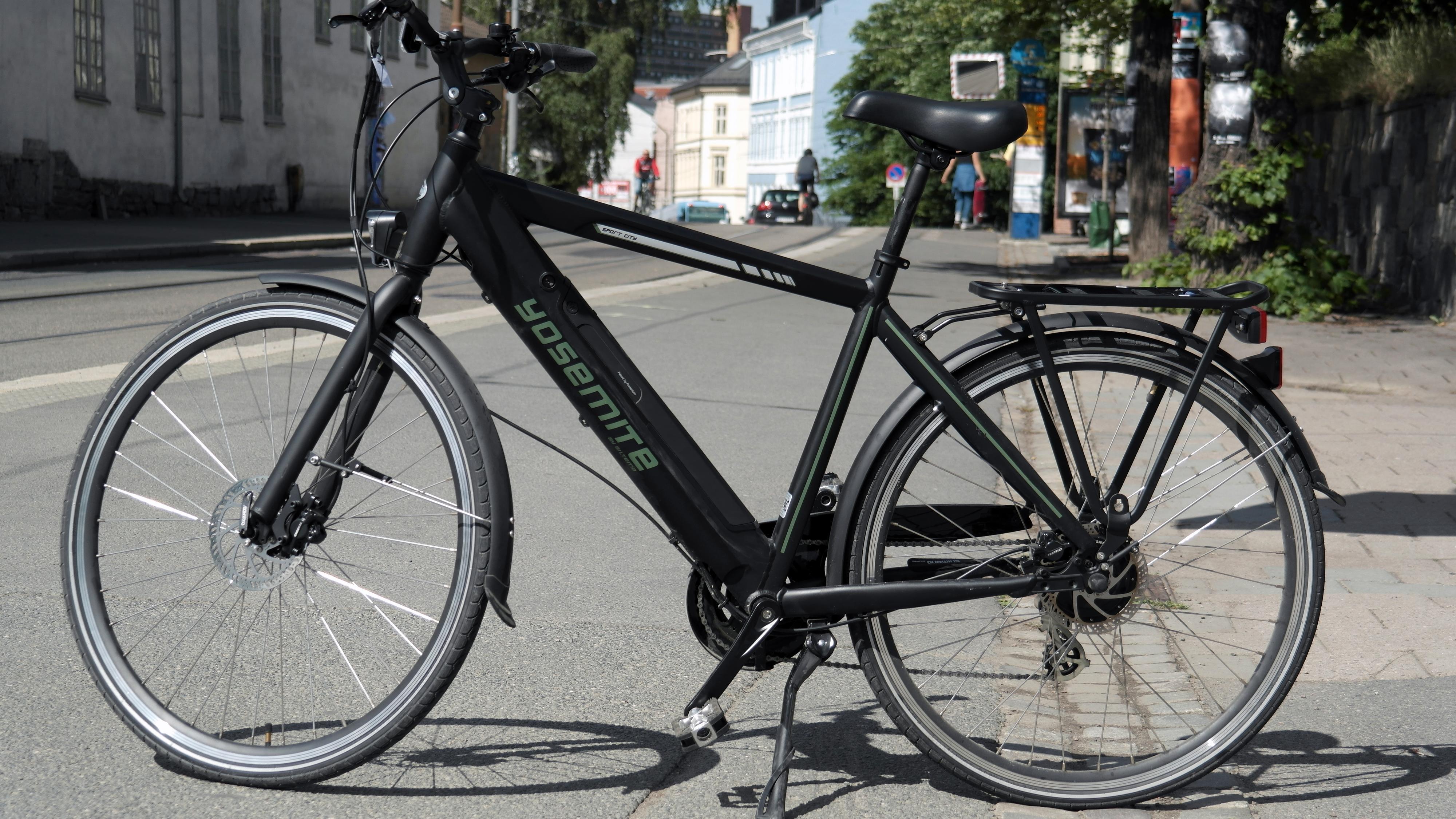Biltema leverer en veldig behagelig sykkel med batteriet integrert i rammen.