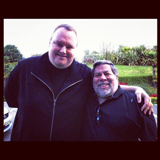 Kim Dotcom sammen med Apple-gründeren Steve Wozniak. Akkurat når bildet er tatt er ikke sikkert, men Dotcom skriver at Woz var på besøk hos han mens han satt i husarrest.Foto: Kim Dotcom