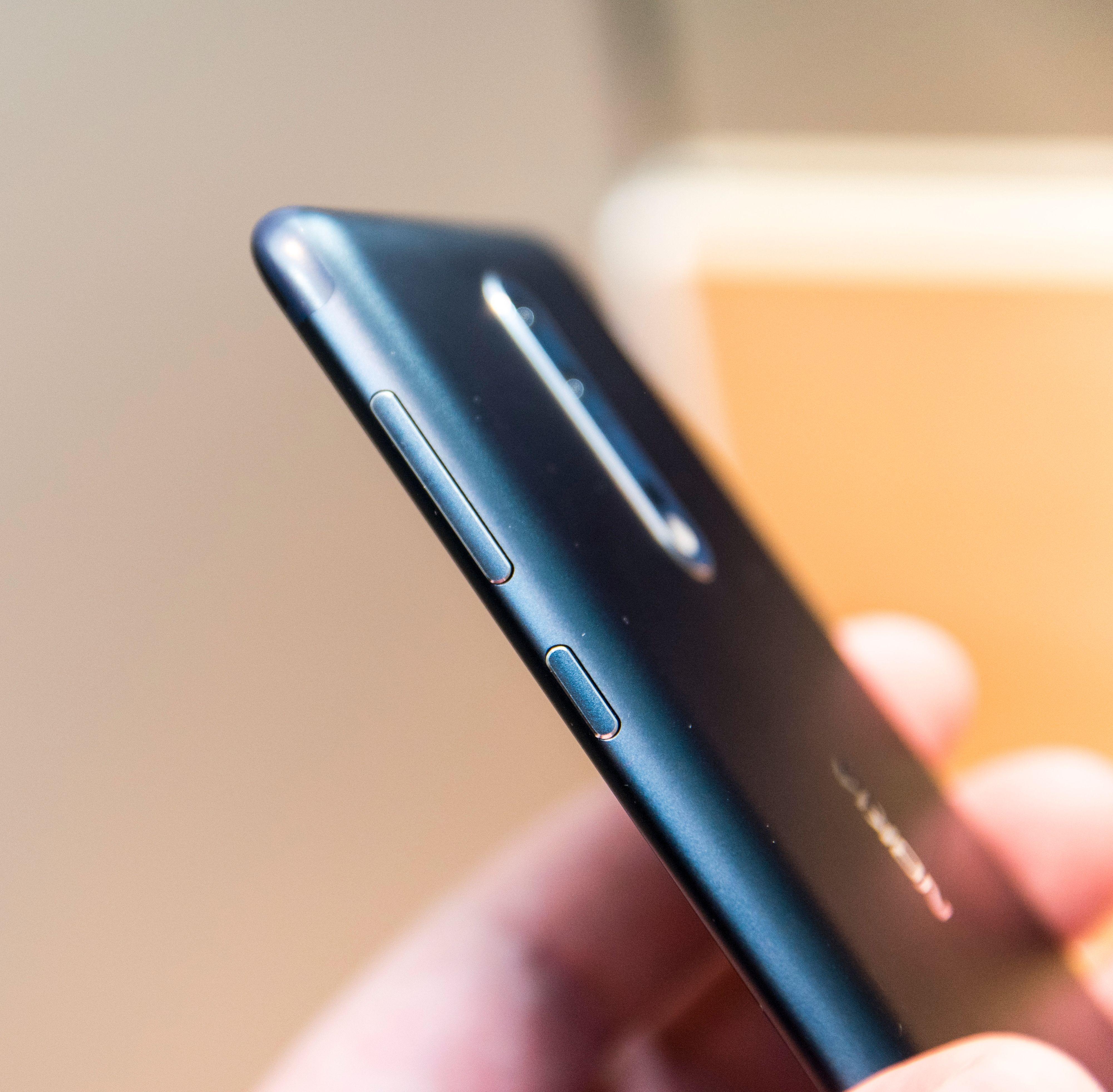 Kun tre fysiske knapper - volumknappene og låsetasten. På forsiden er det berøringsfelt for de vanlige snarveiene. Som på HTC er tilbakefeltet på venstre side av fingerleseren.