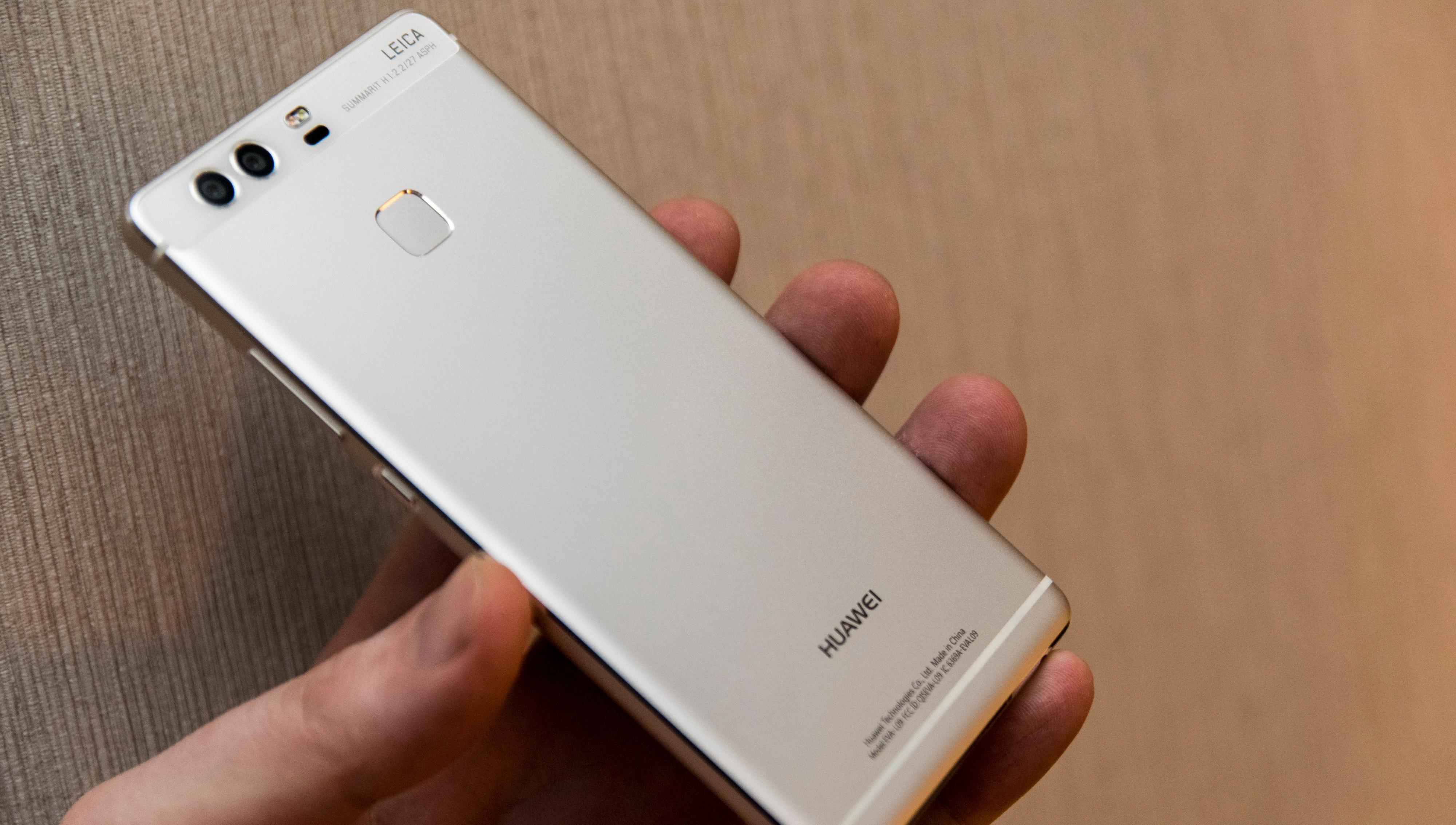 Slik ser Huawei P9 ut på baksiden. Ved første øyekast er det ikke så mye som skiller den fra andre aluminiumstelefoner, men de to linsene vitner om at den ikke er som alle andre.