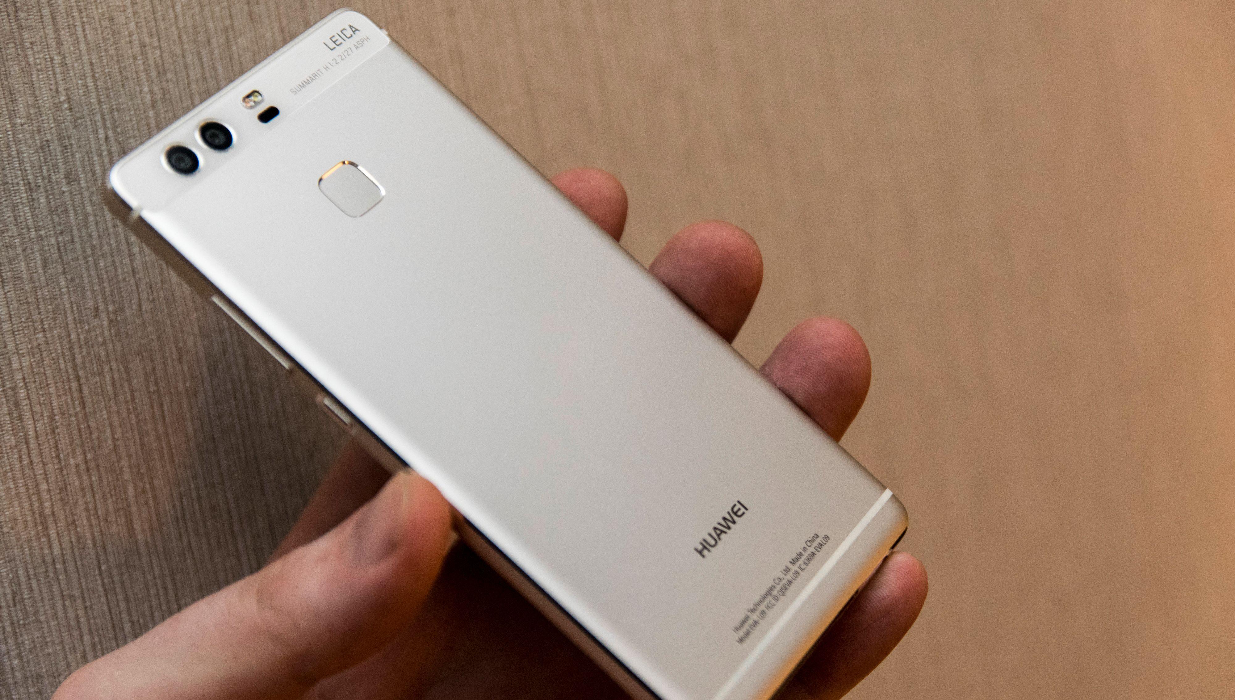 Huawei P9 har også to kameraer på baksiden, men begge har samme brennvidde. Kamera # 2 kan brukes til å ta bilder i sort-hvitt, og skal angivelig også hjelpe kamera # 1 til å ta skarpere bilder. Dette merket vi imidlertid ikke noe særlig til.