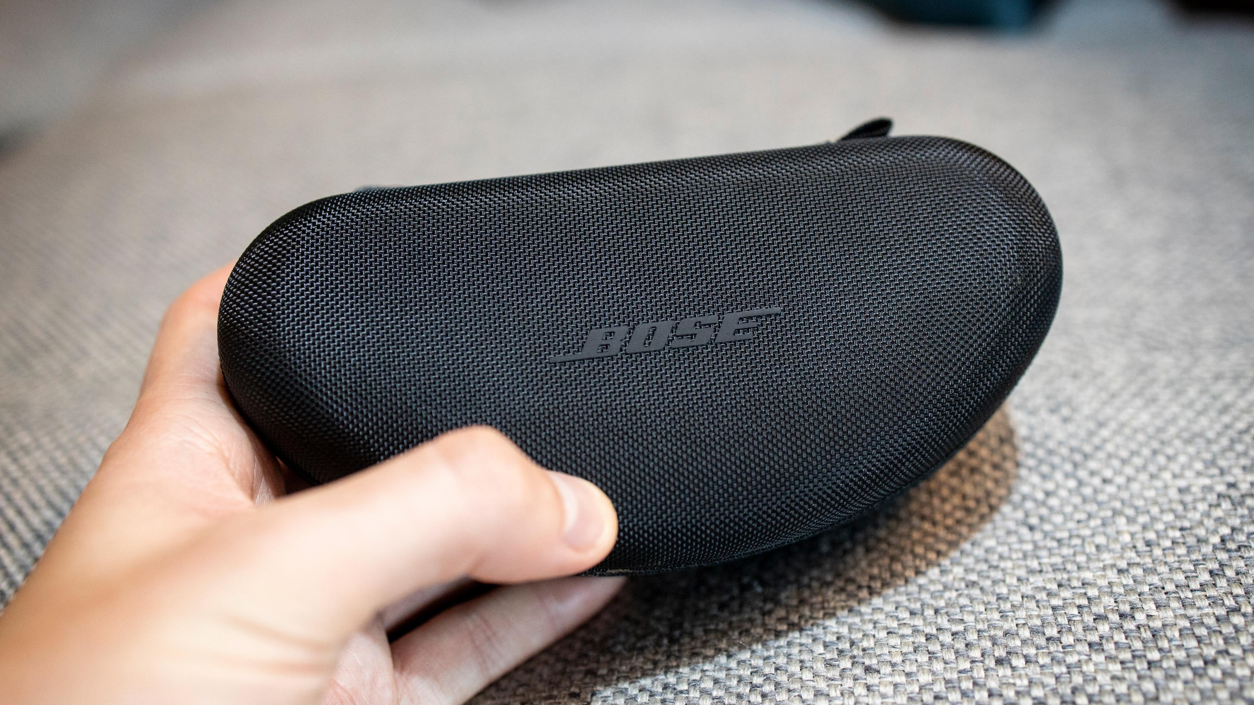 Det følger med et kompakt hardplastetui som også har en liten lomme til ladekabel. Tre ulike størrelser neseputer følger også med.