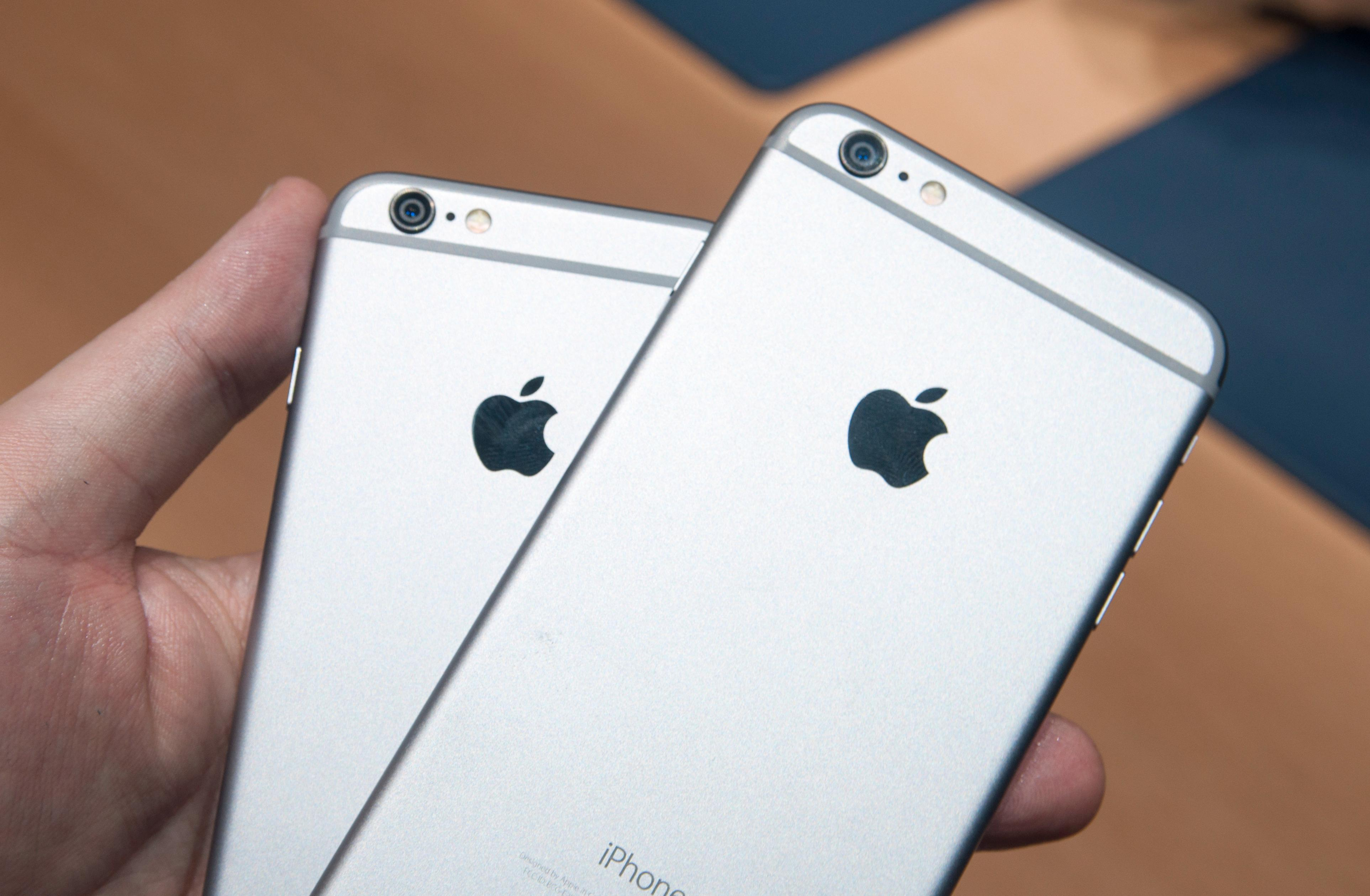 iPhone 6 til venstre og iPhone 6 Plus til høyre.Foto: Finn Jarle Kvalheim, Amobil.no