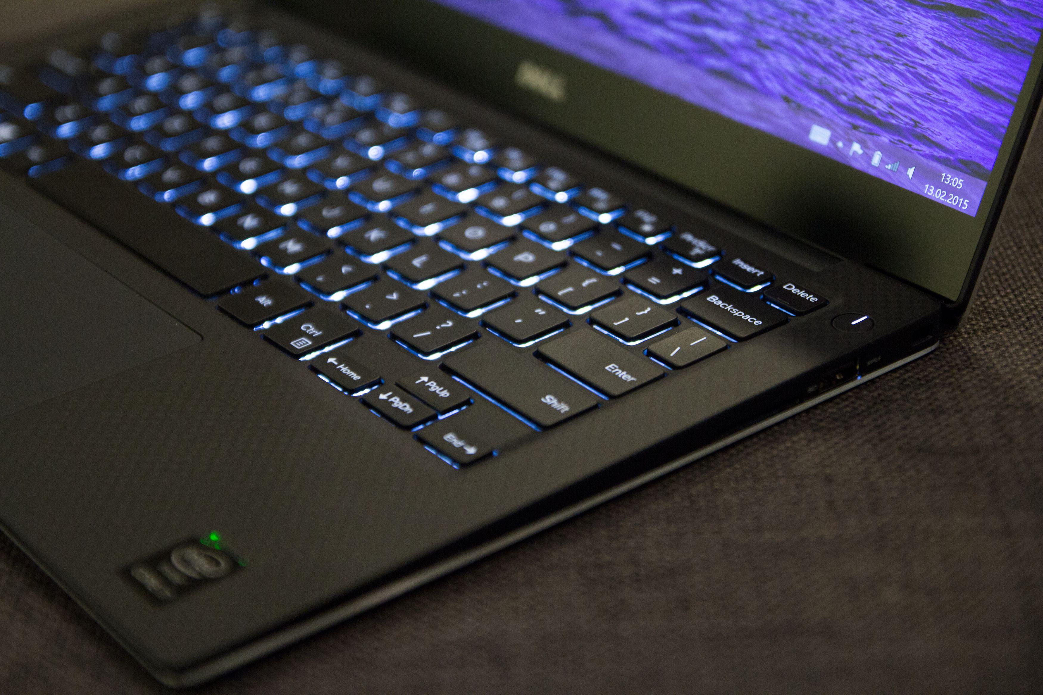 Karbonfiberet glir pent over i det sorte tastaturet, som er bakbelyst. Foto: Anders Brattensborg Smedsrud, Tek.no