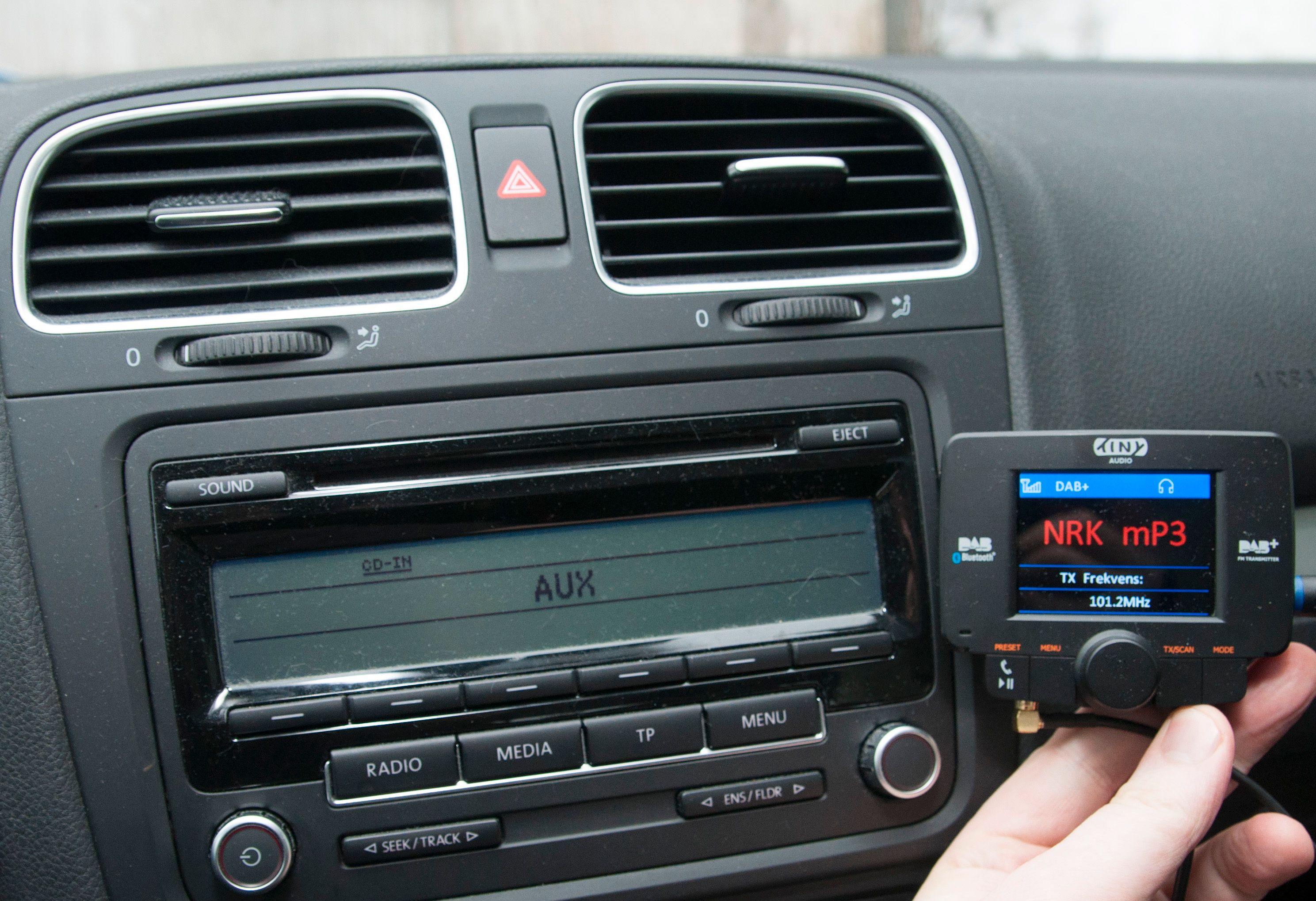 Det er mulig å kjøpe overgangsløsninger. Dette er C3 fra Tiny Audio, som kan kobles til med hodetelefonplugg, Bluetooth, eller som FM-sender.Foto: Finn Jarle Kvalheim, Amobil.no