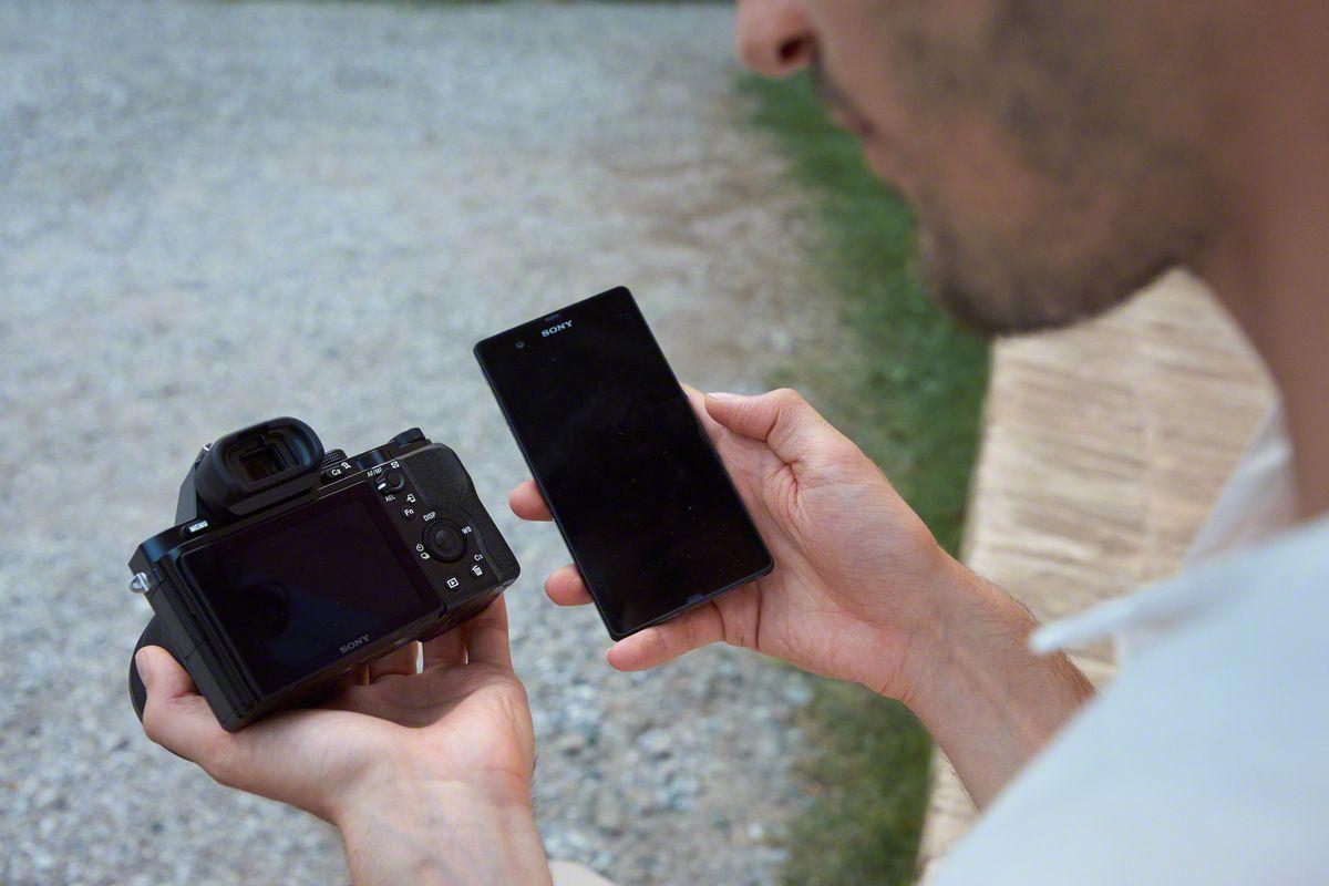 A7 i bruk med NFC og smarttelefon. Foto: Sony