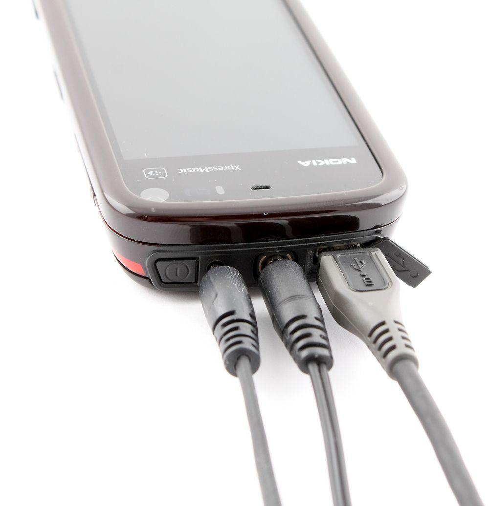 Du kan koble til USB-kabel, minijack og lader.