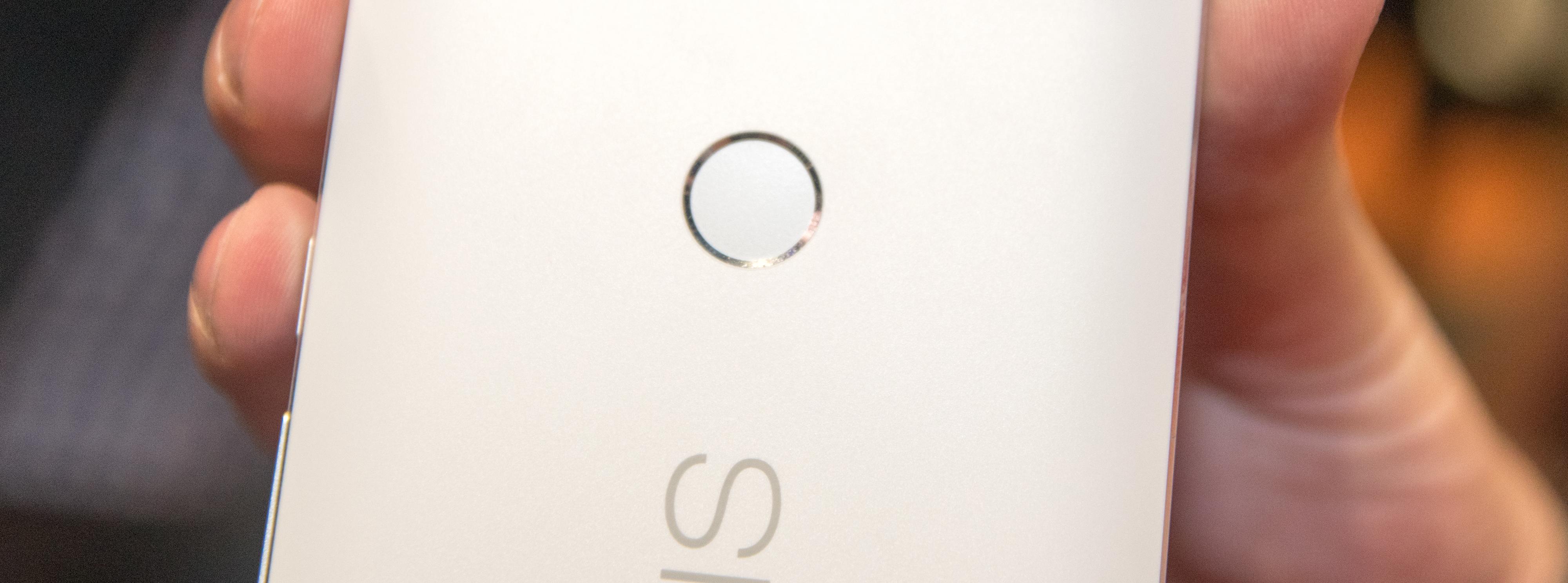 Fingerleseren i Nexus 6P er plasert midt på baksiden, og burde være grei å nå for de fleste. Foto: Finn Jarle Kvalheim, Tek.no