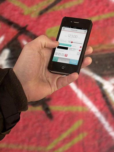 mCash-appen kan brukes både til å overvøre penger og til å betale i butikk.Foto: mCash