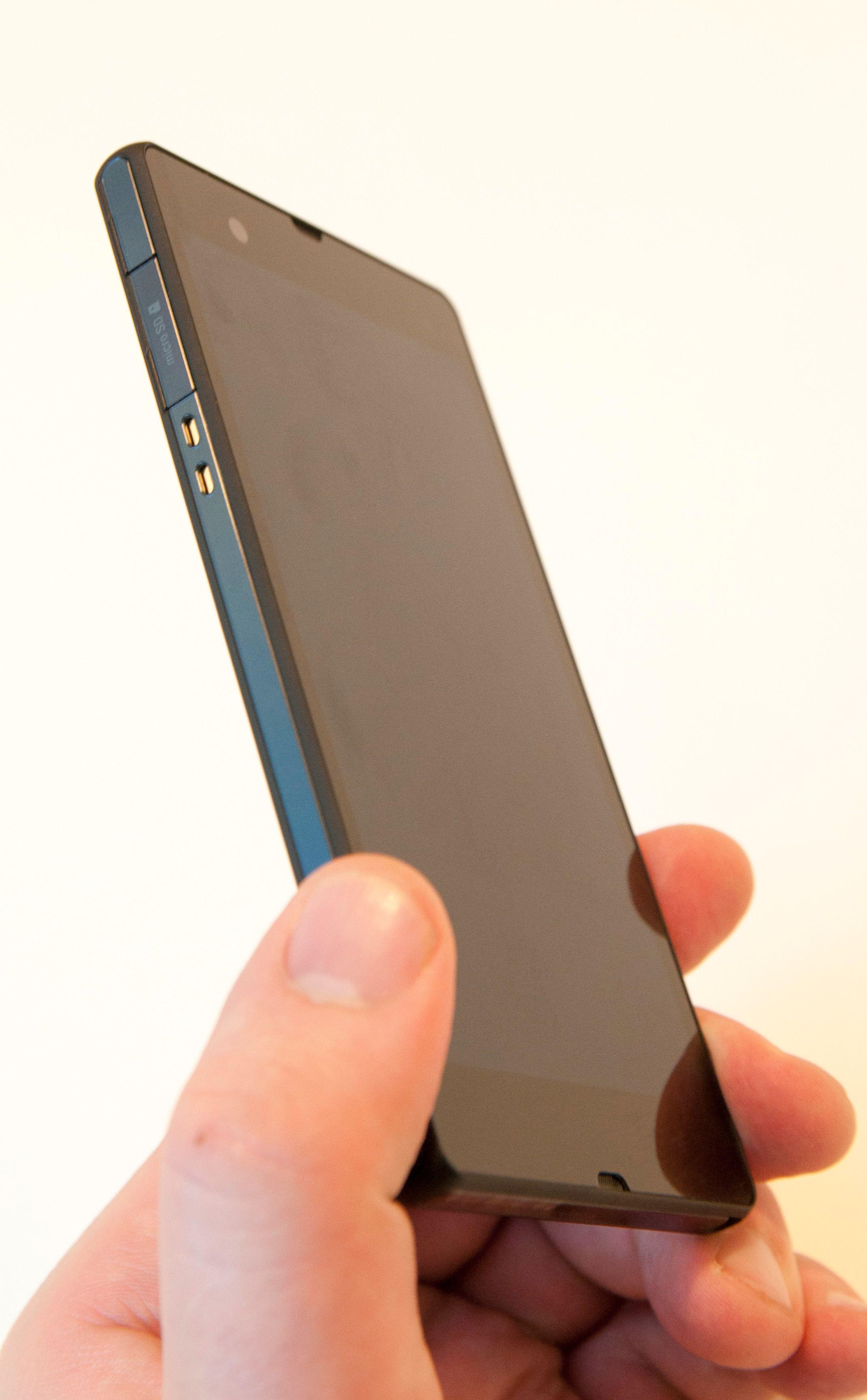Øverst; luker for Micro-USB og SIM-kort. Rett under ligger kontaktpunktene for lading i den medfølgende krybben.Foto: Finn Jarle Kvalheim, Amobil.no