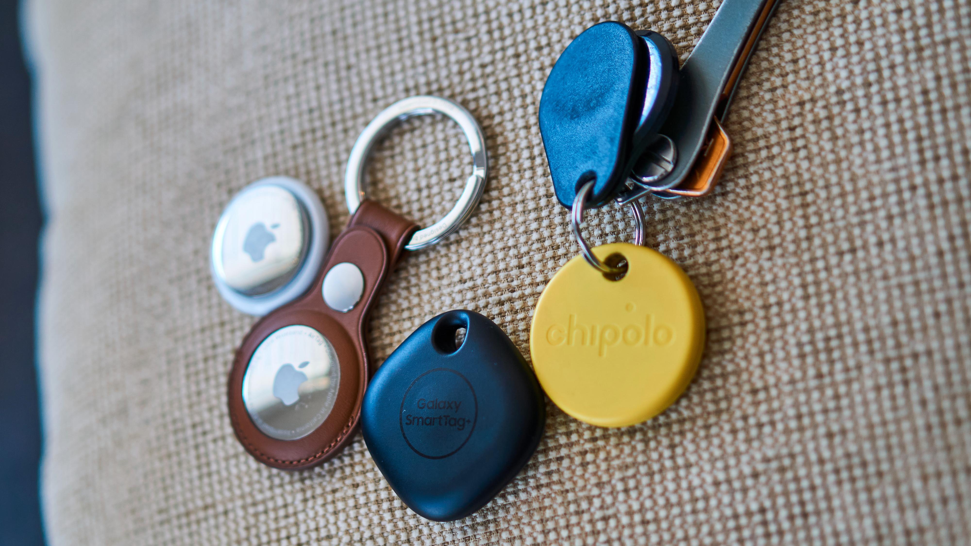 Fra venstre: Apple AirTag, Apple AirTag med nødvendig holder for festing på ting, Samsung Galaxy SmartTag+ og Chipolo One.