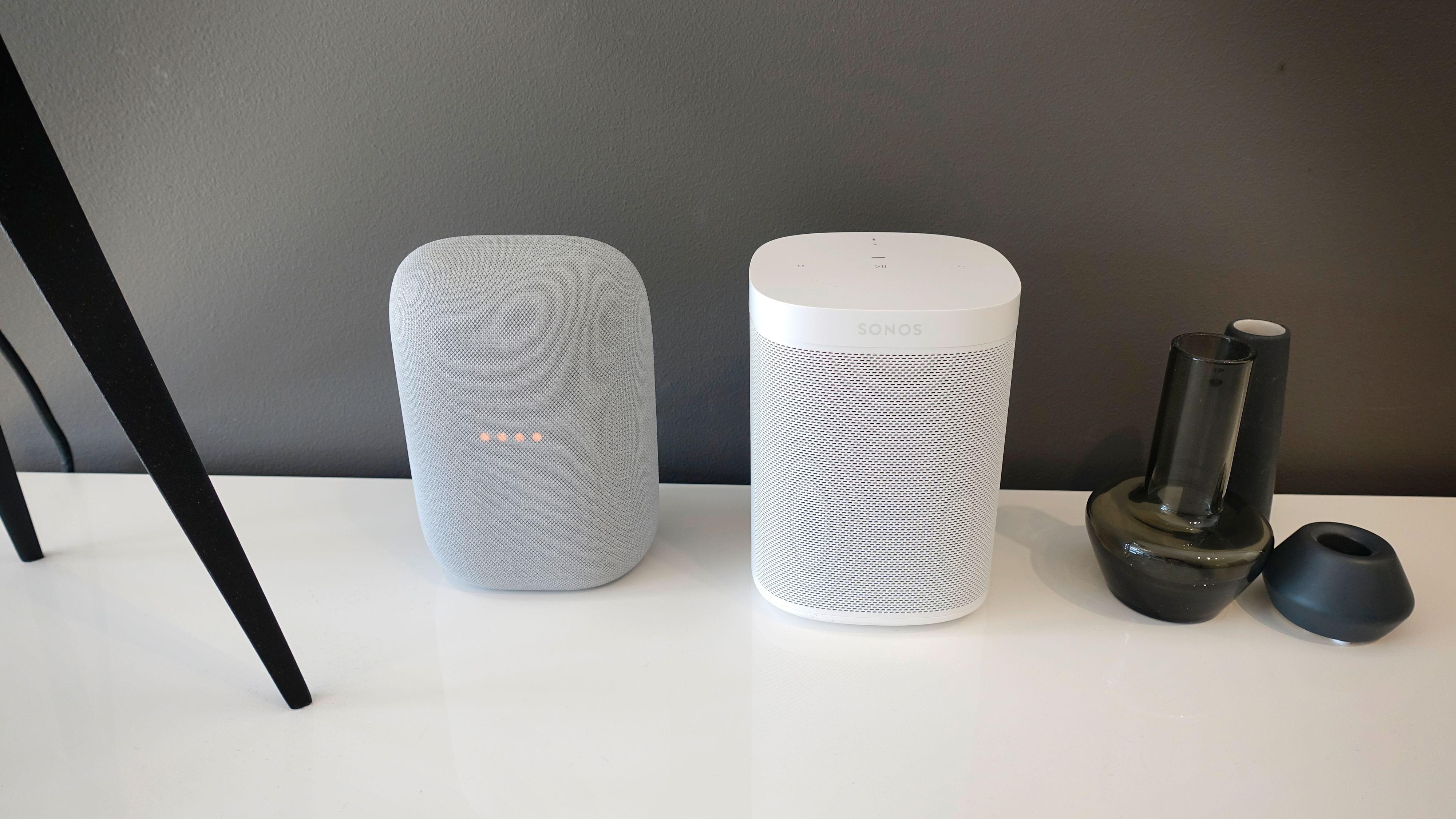Sammenliknet med en Sonos One er Nest Audio betydelig mindre volumøs.