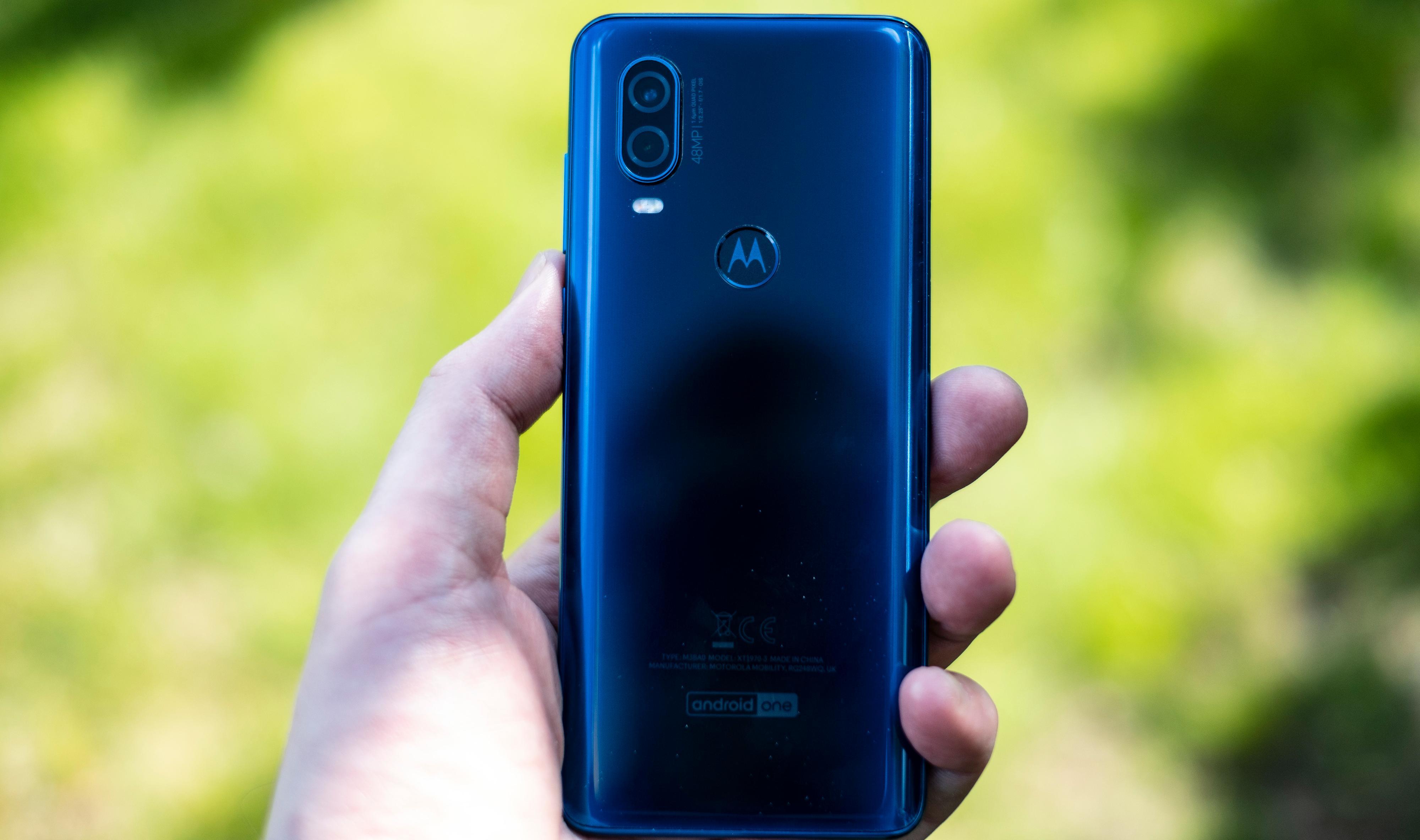 Fingerleseren er gjemt inni Motorola-M-en på baksiden av telefonen. Du må opp enda en tusenlapp eller to i pris for å finne de første telefonene med fingerleser i skjermen, men Motorolas løsning er rask og presis.