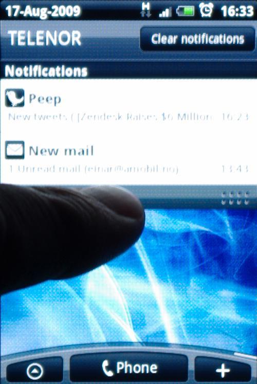 En egen varslings-oversikt kan du dra ned fra toppen, slik som i andre Android-mobiler.