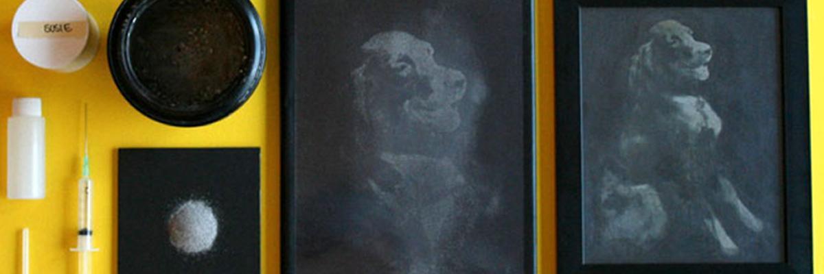Printet portrett av hund med dens egen aske
