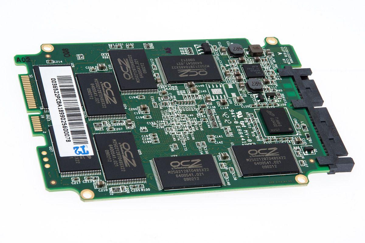 Minnebrikkene i Vector er OCZ-merket, Intel/Micron-produsert 25nm MLC.Foto: Varg Aamo, hardware.no