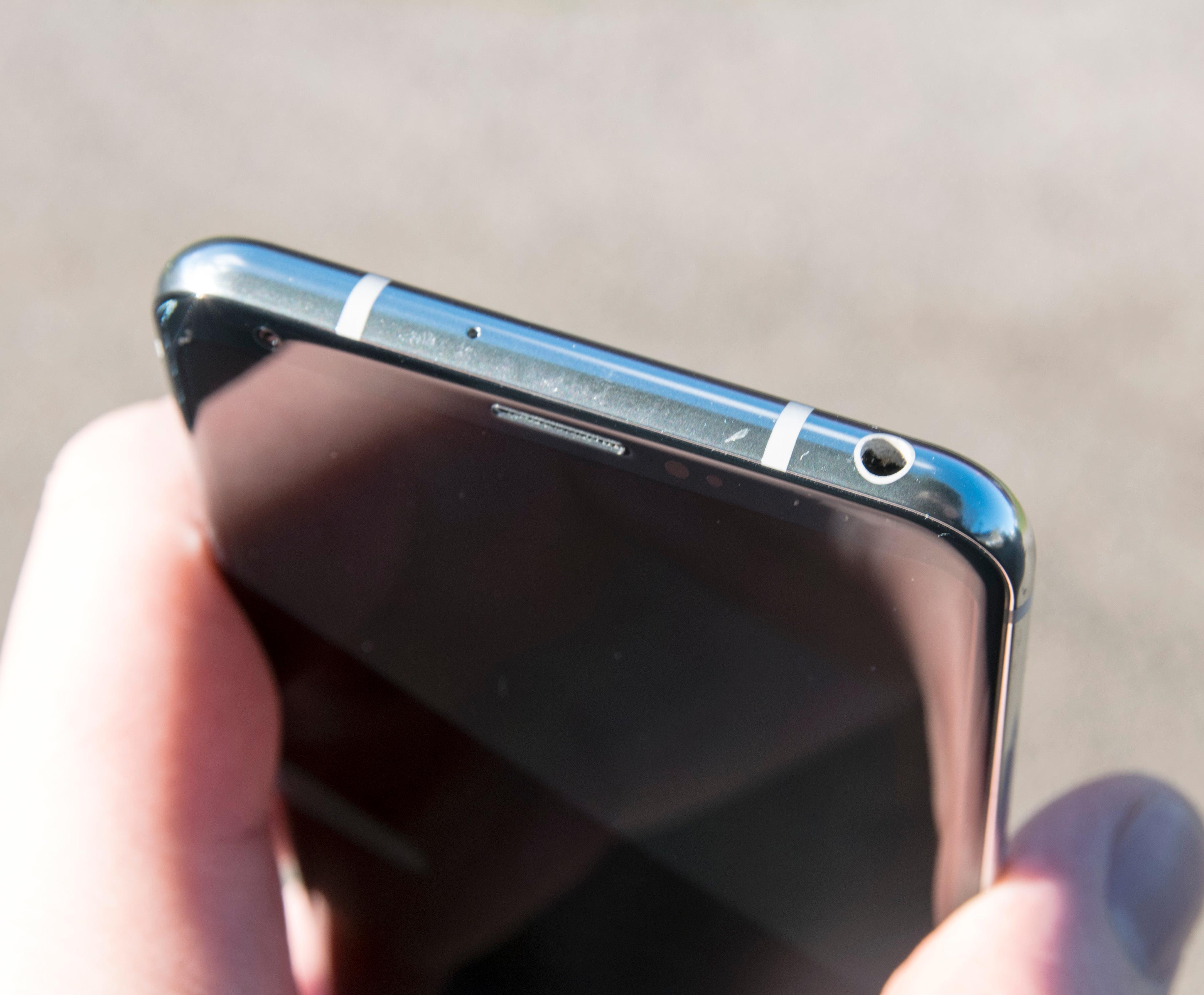 Hodetelefonkontakten får du ikke lenger i alle mobiler, men V30 har både kontakt og en av de heftigste lyddelene vi har støtt på.